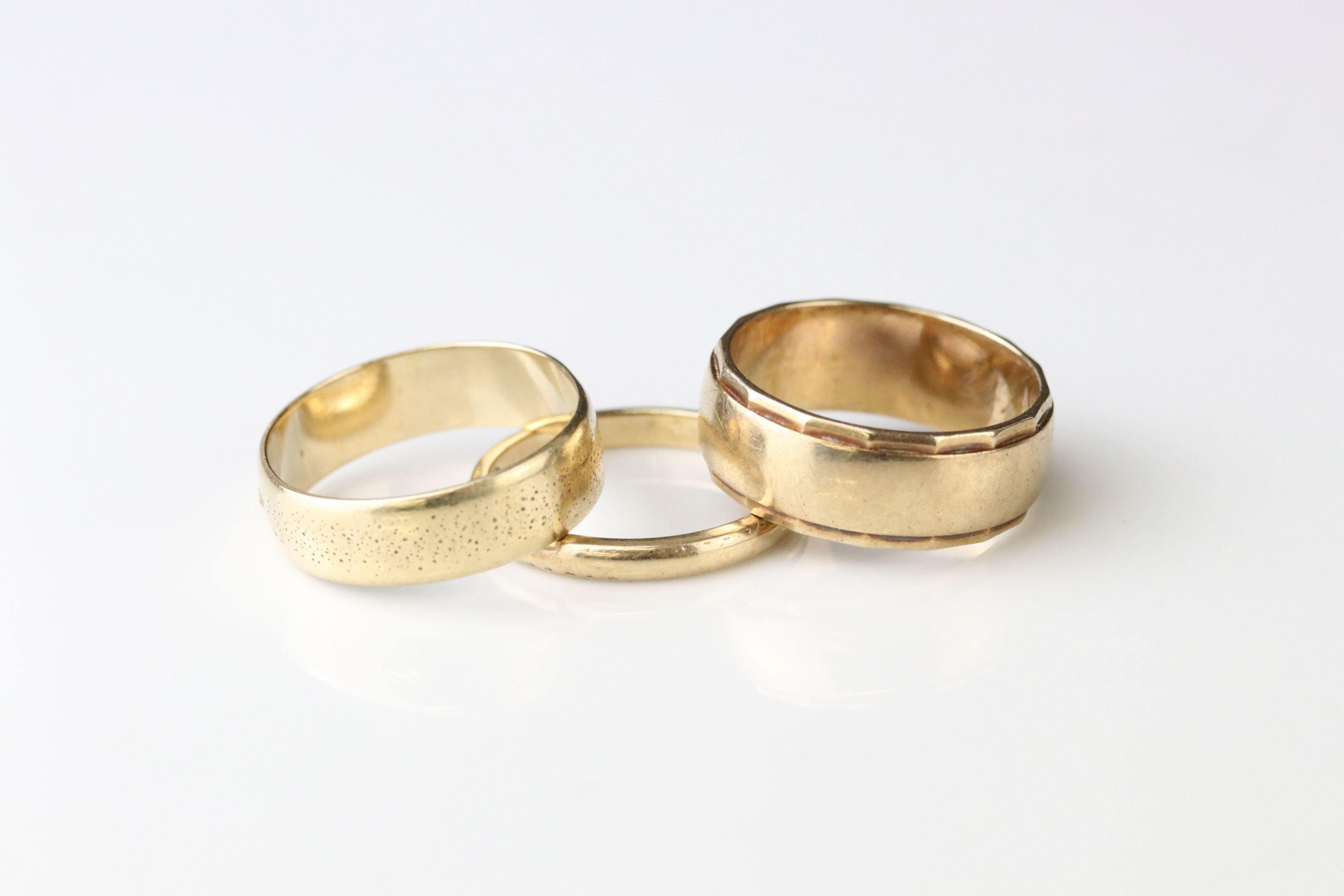 9ct yellow gold wedding band, width approx 2mm, ring size M½, together with a 9ct yellow gold