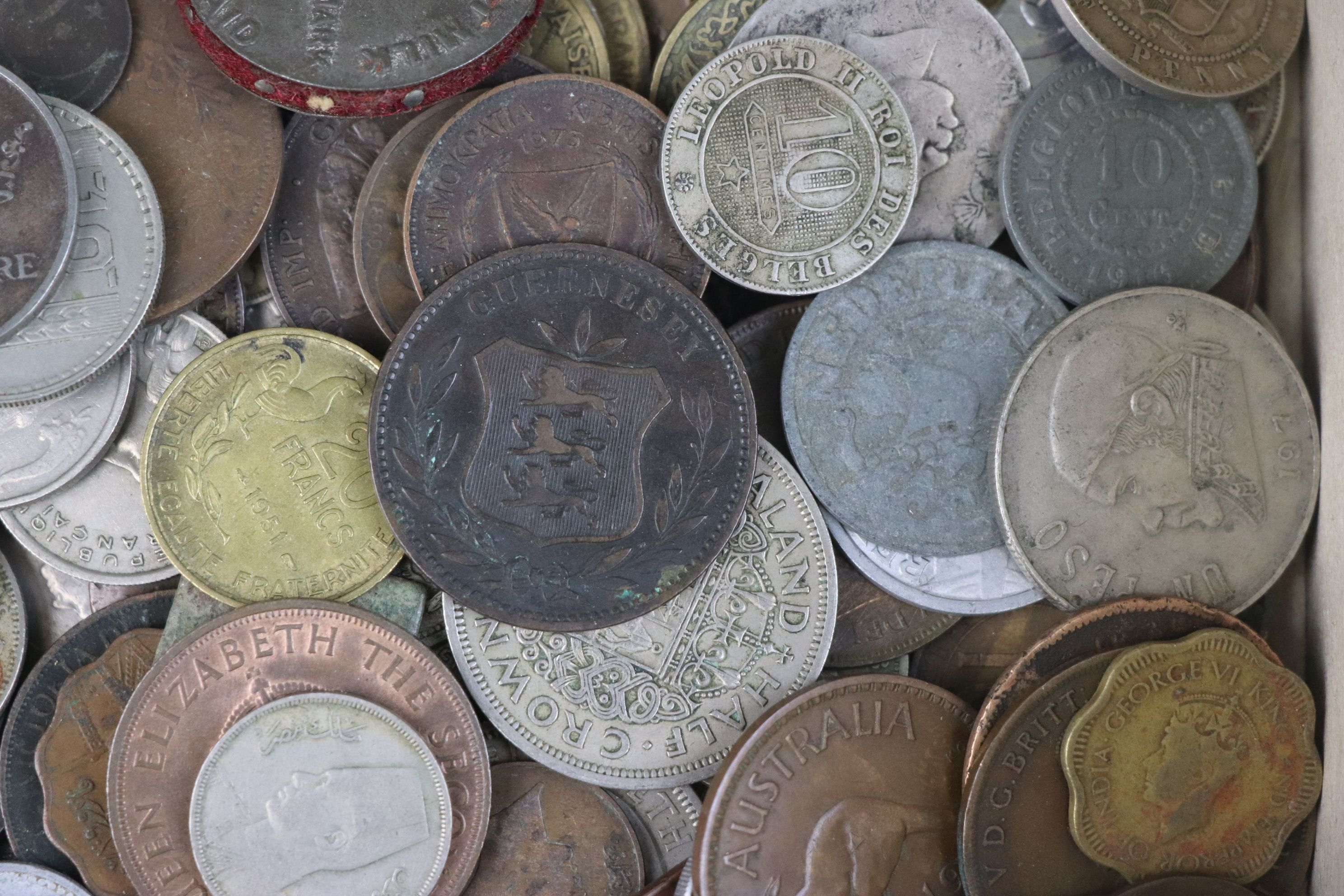 A collection of mixed 19th and 20th century British and world coins. - Image 9 of 10