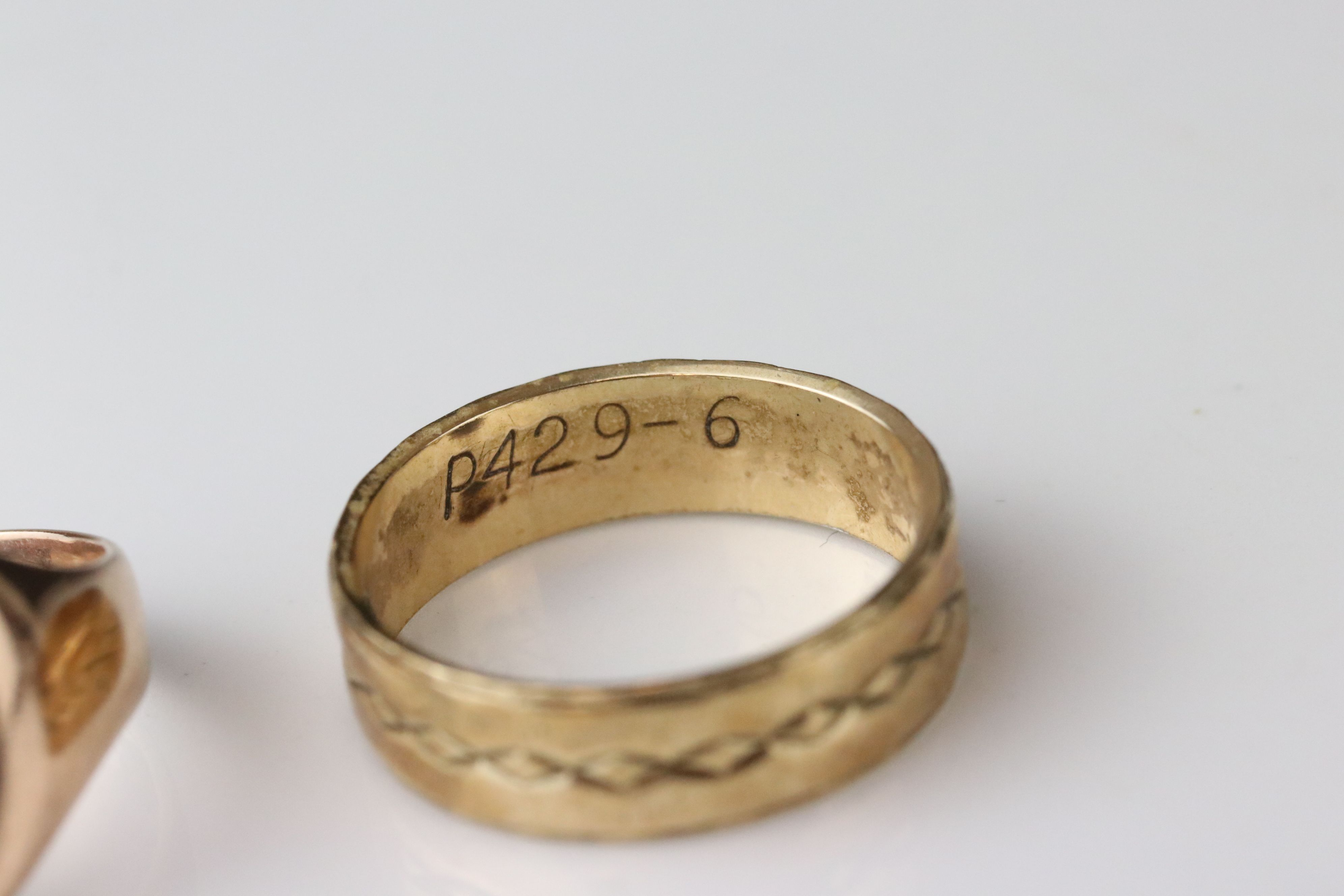 Rose gold signet ring, assessed as 9ct gold, oval panel (possibly with extremely rubbed monogram), - Image 2 of 4