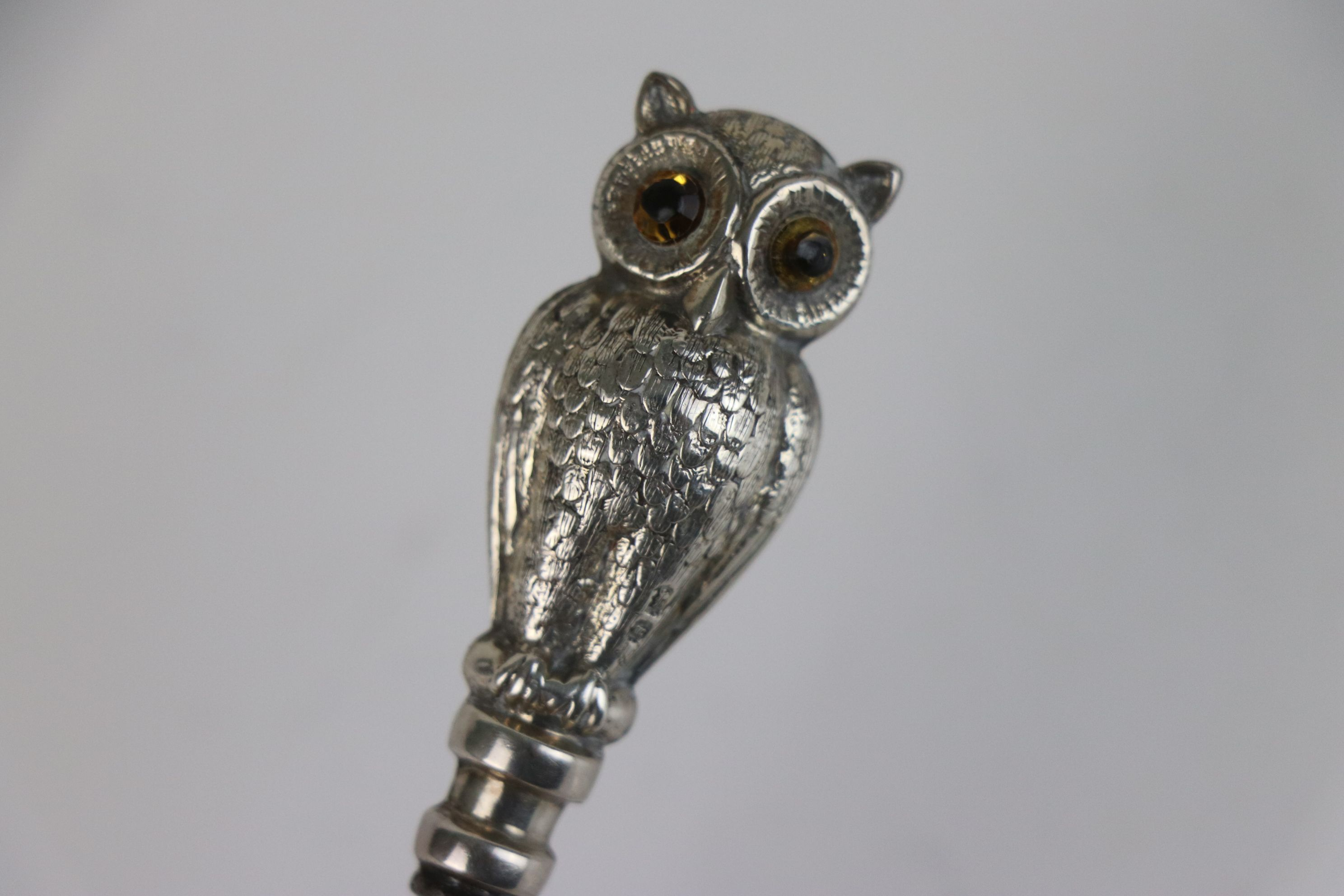 A fully hallmarked sterling silver double sided button hook in the form of an owl, maker marked - Image 4 of 4