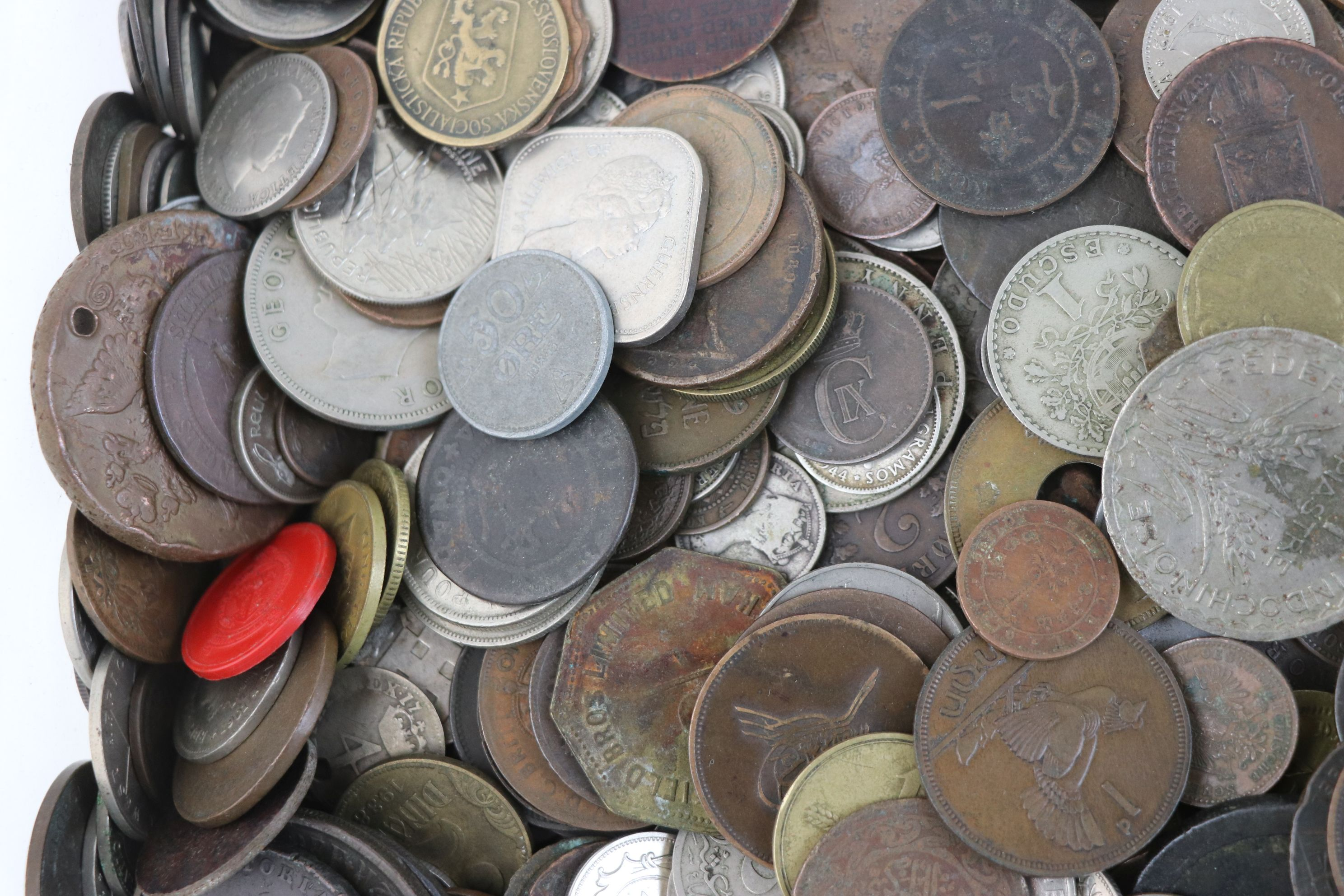 A large collection of British and World coins to include silver examples. - Image 3 of 10