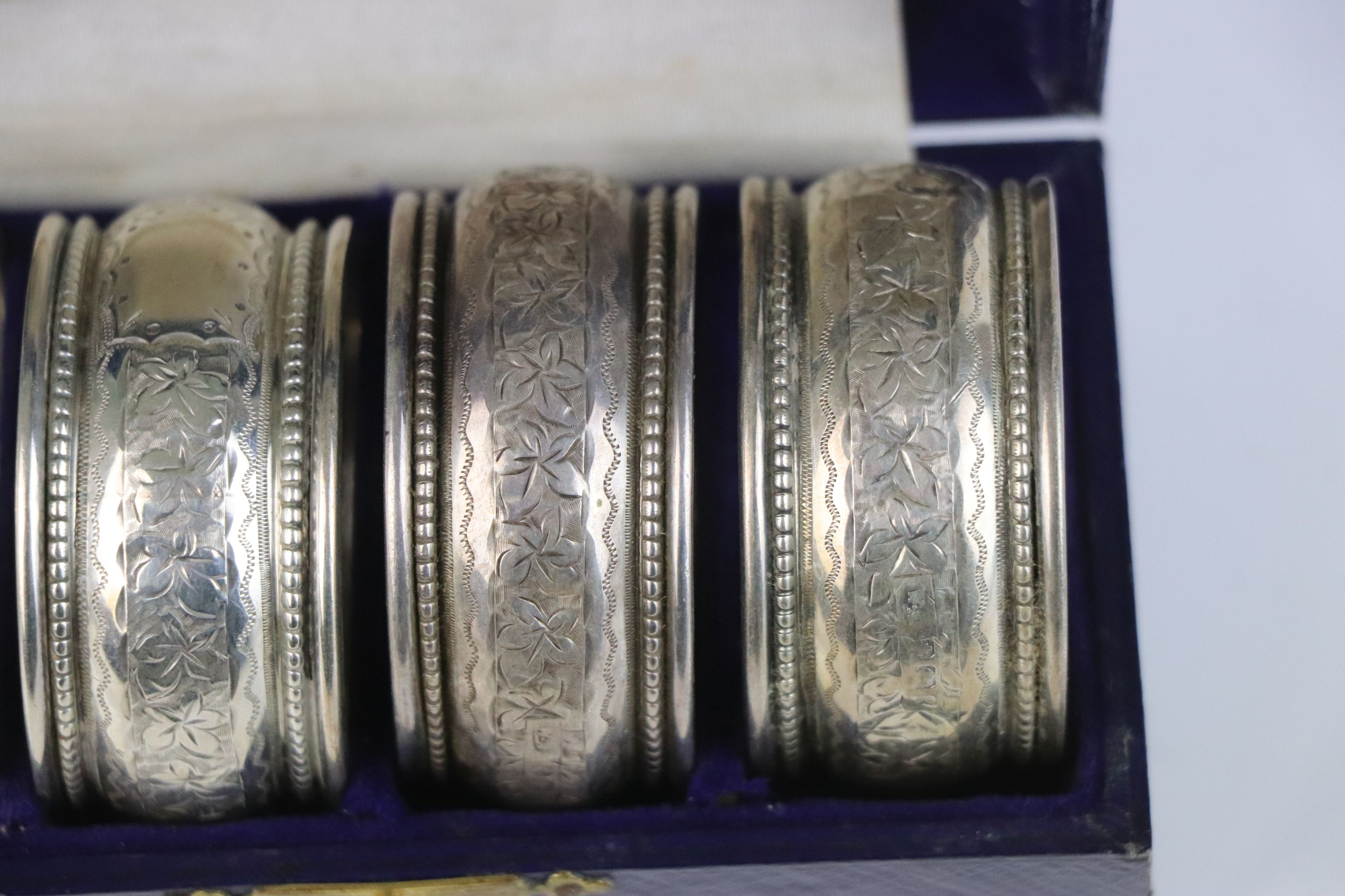 A fully hallmarked sterling silver cased set of four napkin rings, maker marked for William - Image 4 of 5