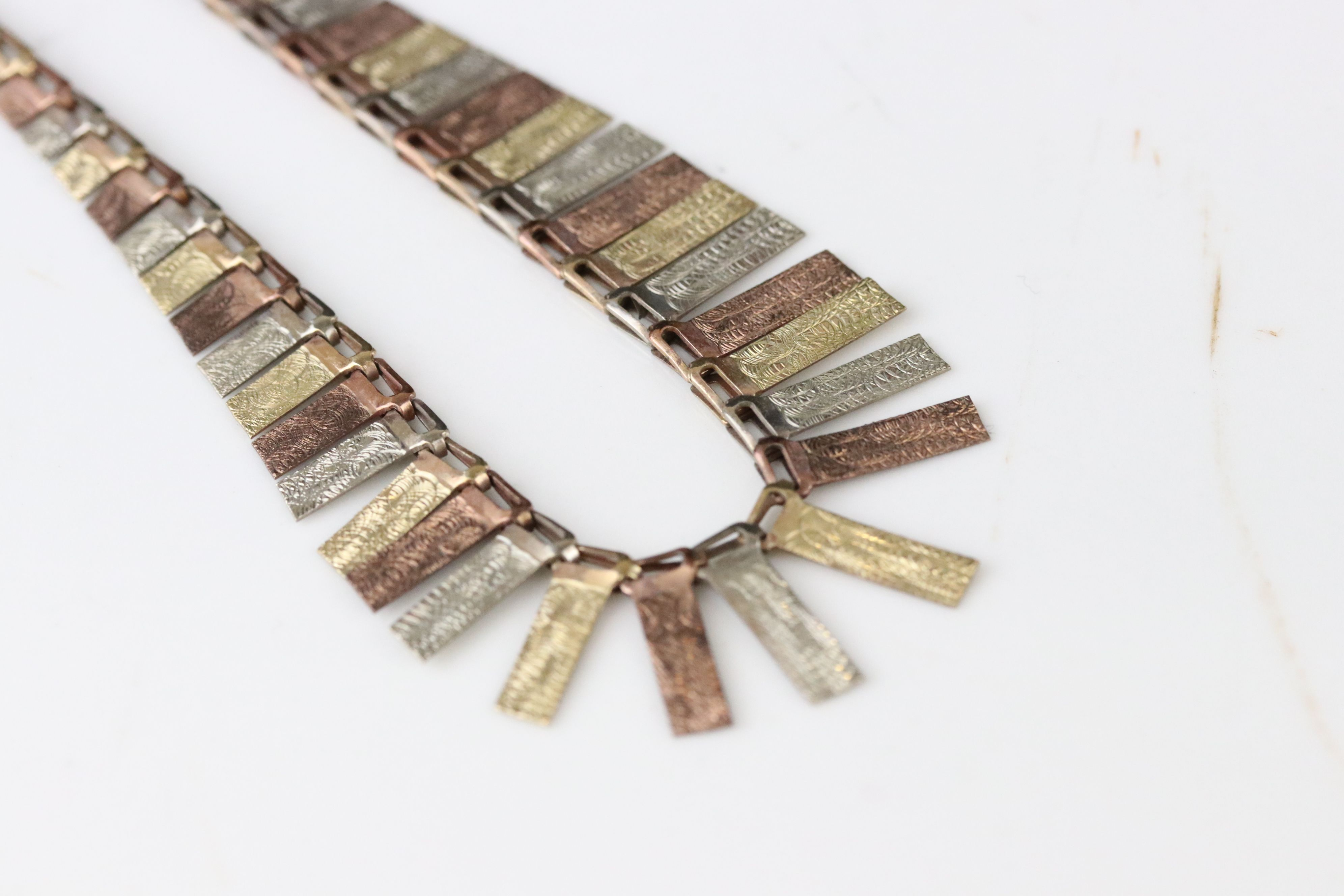 9ct tri colour gold fringe necklace, texture rose, yellow and white gold graduated panels, length - Image 3 of 5