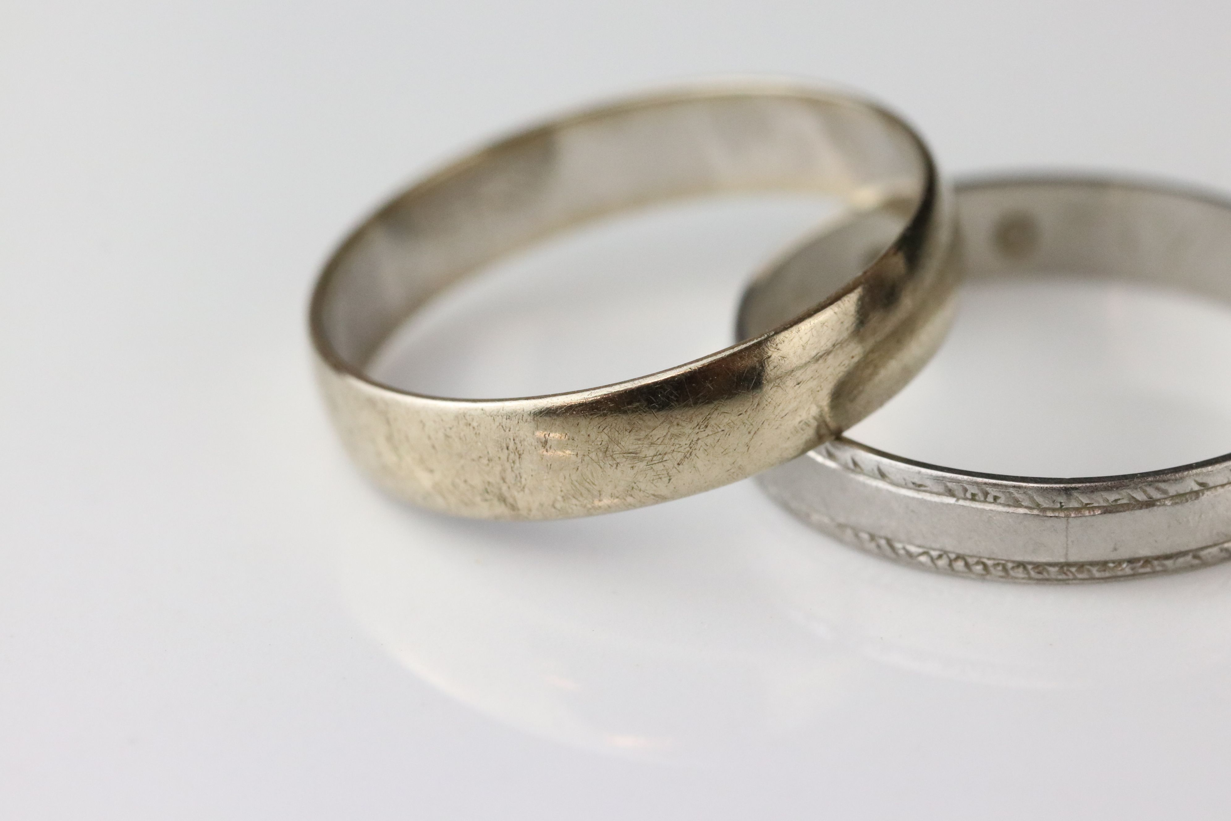 9ct white gold plain polished wedding band, width approx 4mm, ring size R (needs rhodium plating) - Image 3 of 5