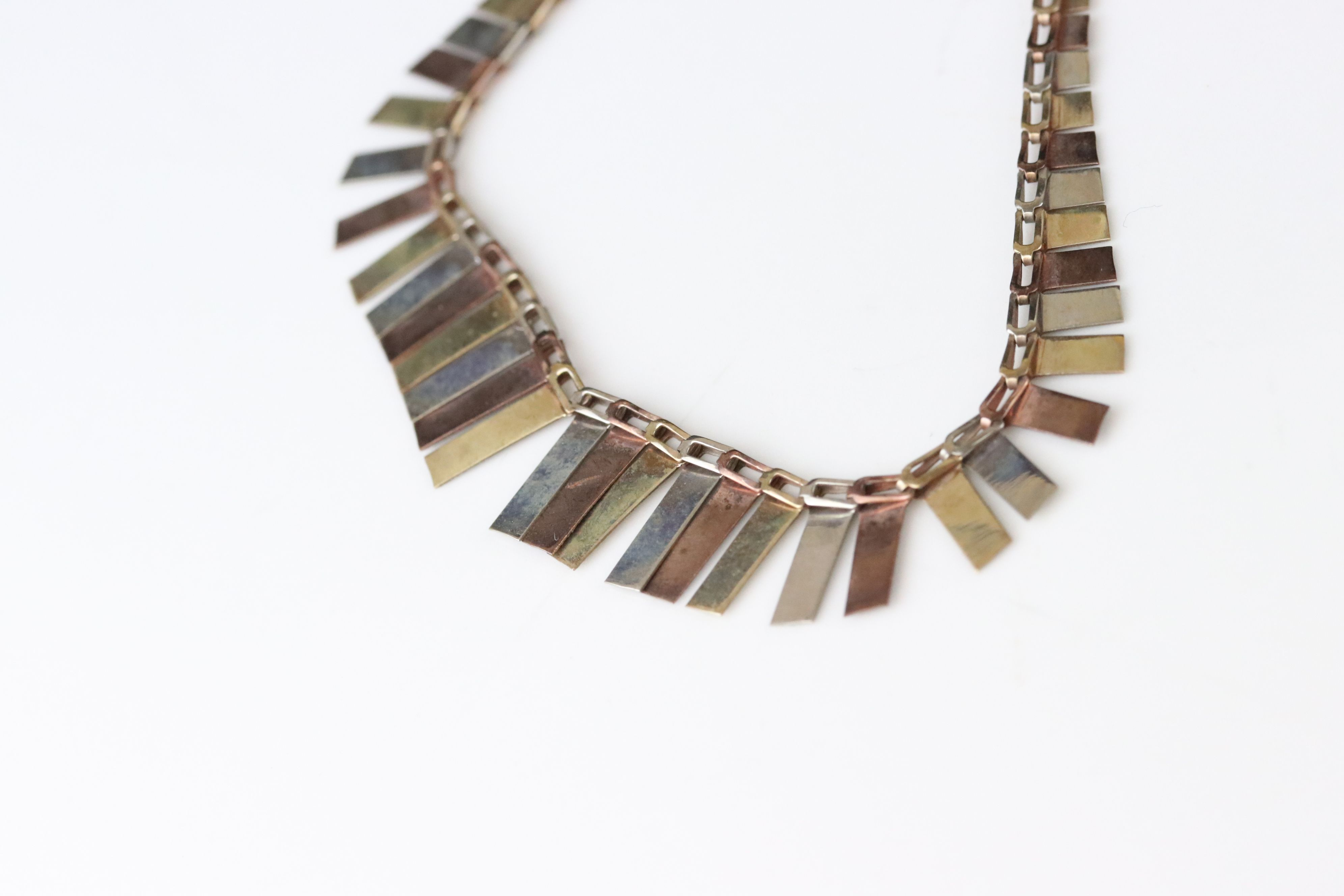 9ct tri colour gold fringe necklace, texture rose, yellow and white gold graduated panels, length - Image 4 of 5