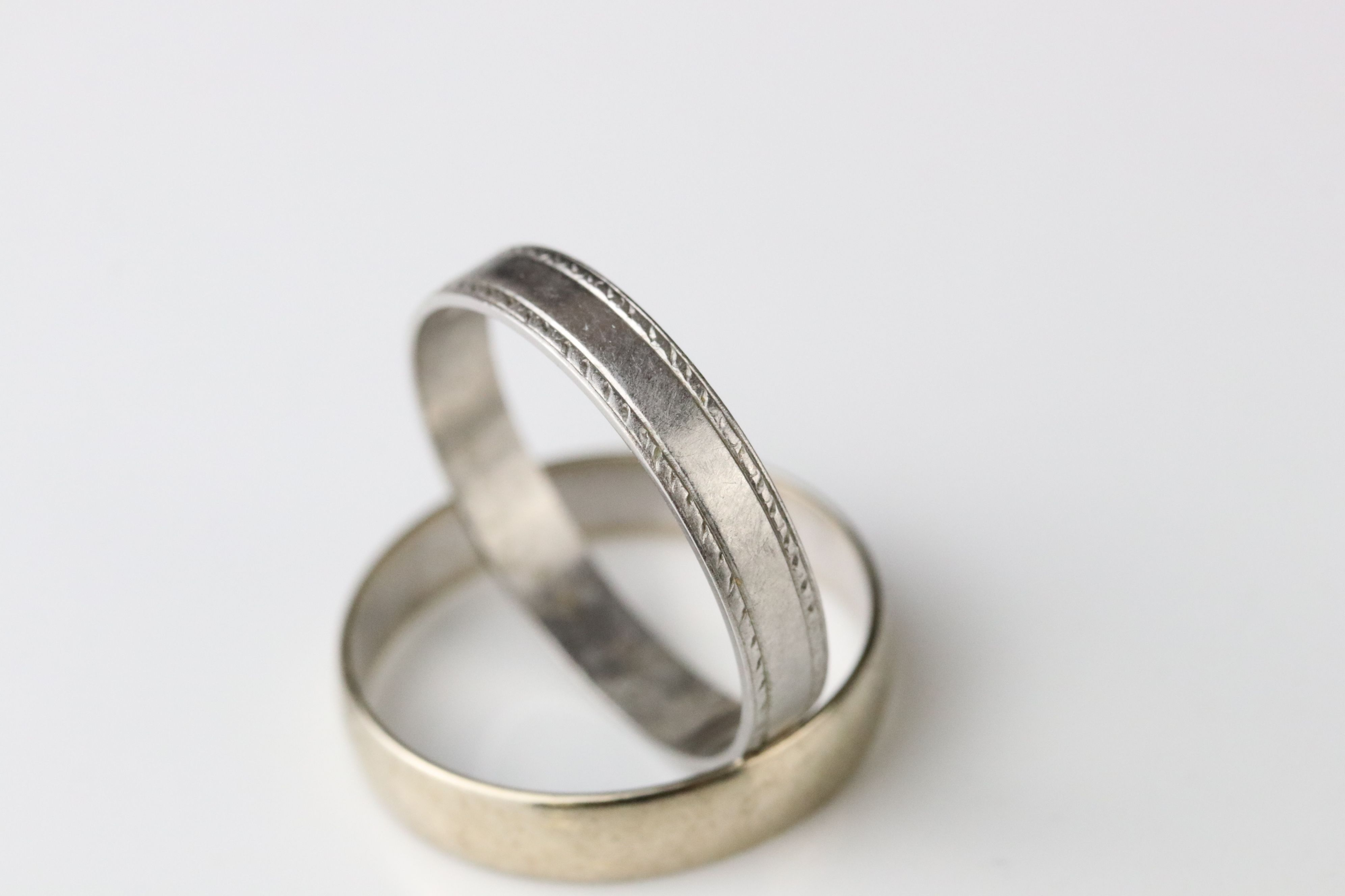 9ct white gold plain polished wedding band, width approx 4mm, ring size R (needs rhodium plating) - Image 2 of 5