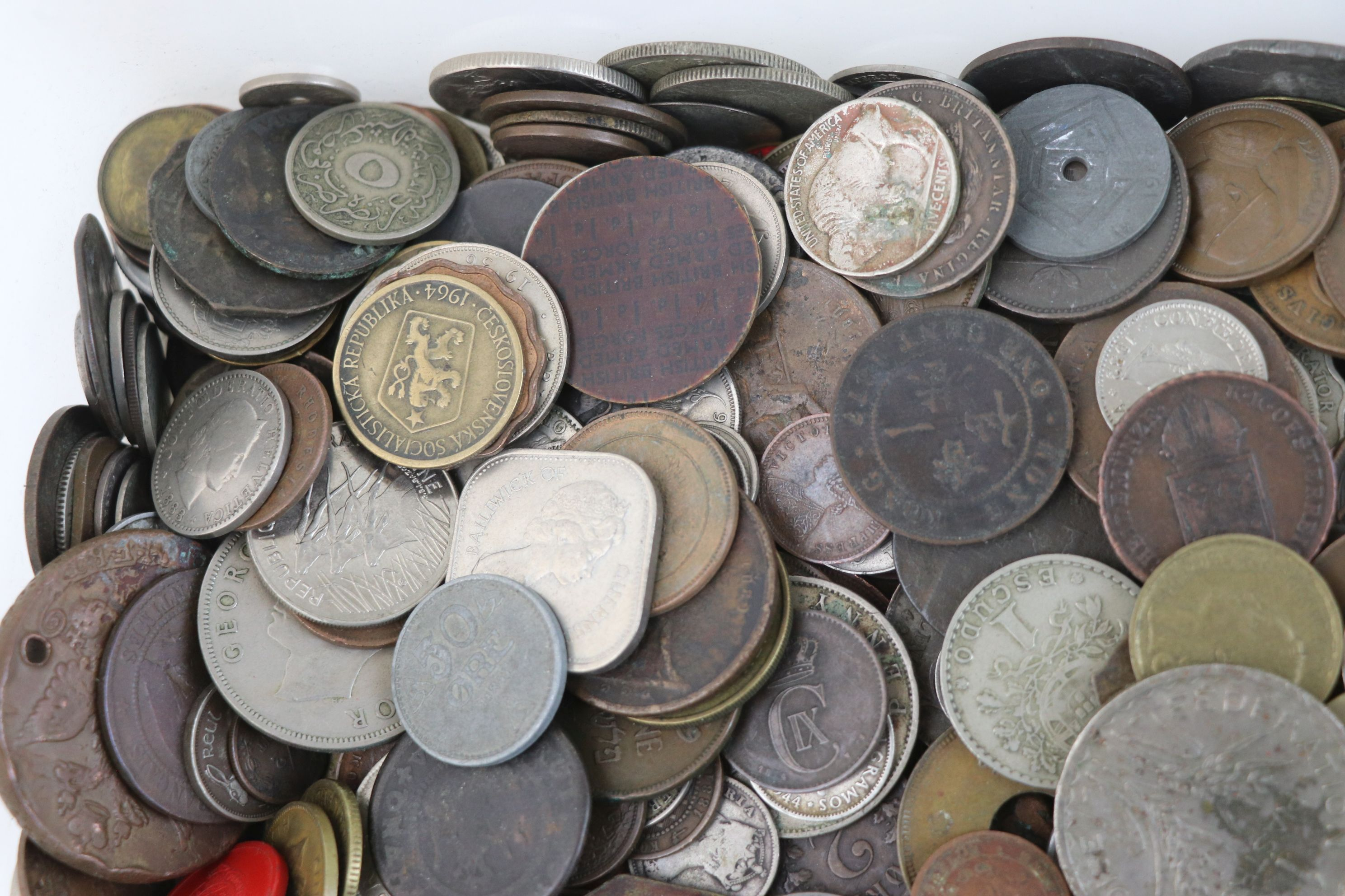 A large collection of British and World coins to include silver examples. - Image 2 of 10