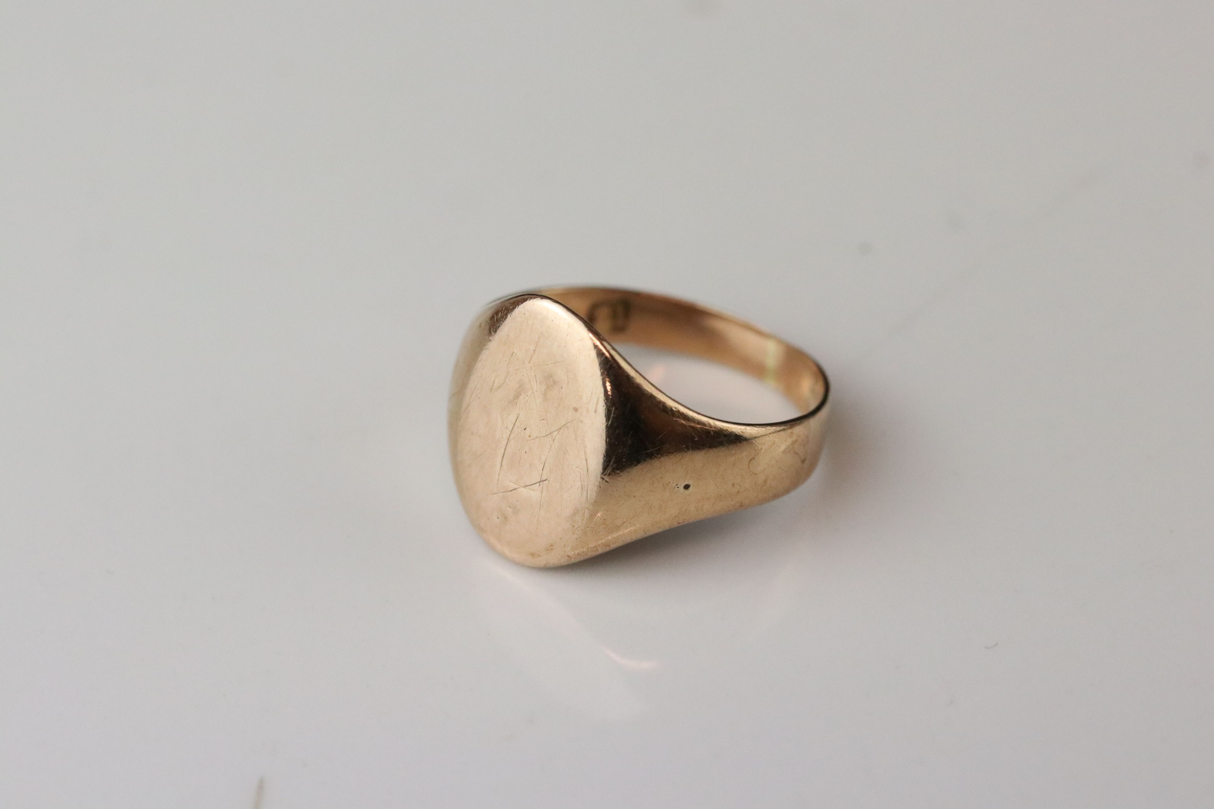 Rose gold signet ring, assessed as 9ct gold, oval panel (possibly with extremely rubbed monogram), - Image 4 of 4