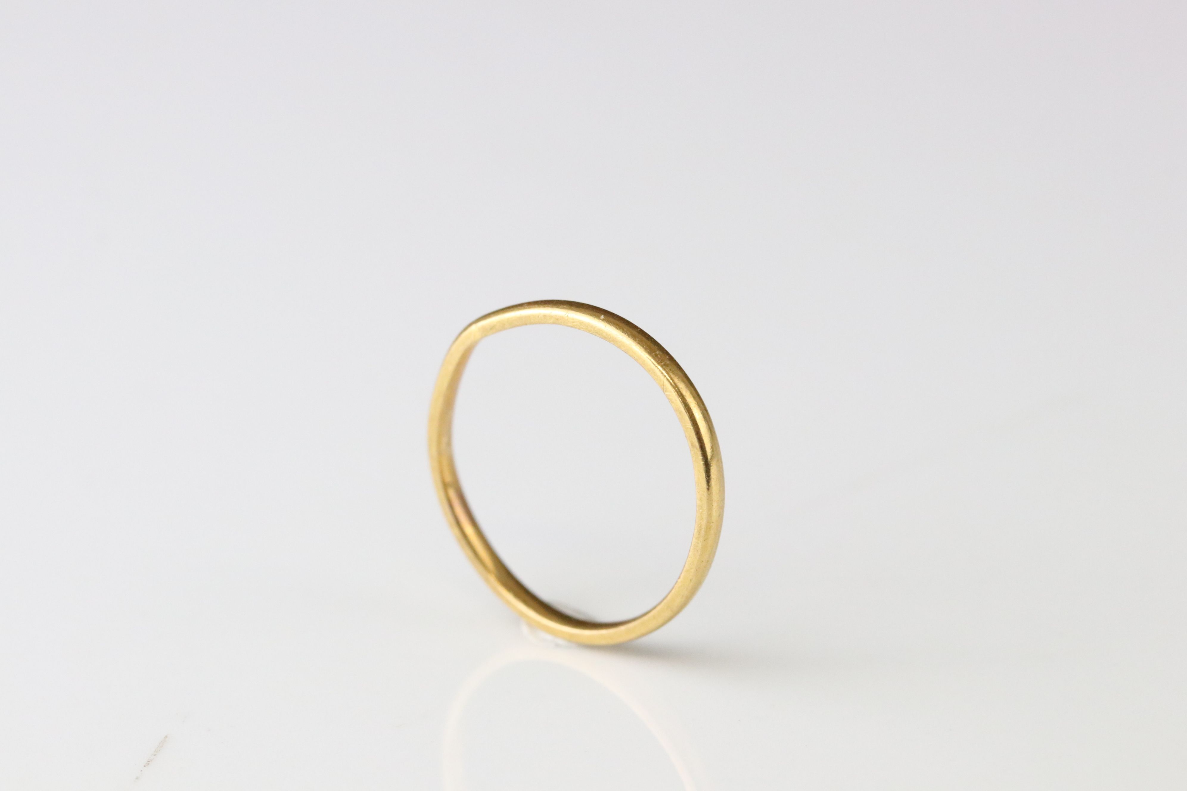 22ct yellow gold wedding band, width approx 1.5mm, ring size L