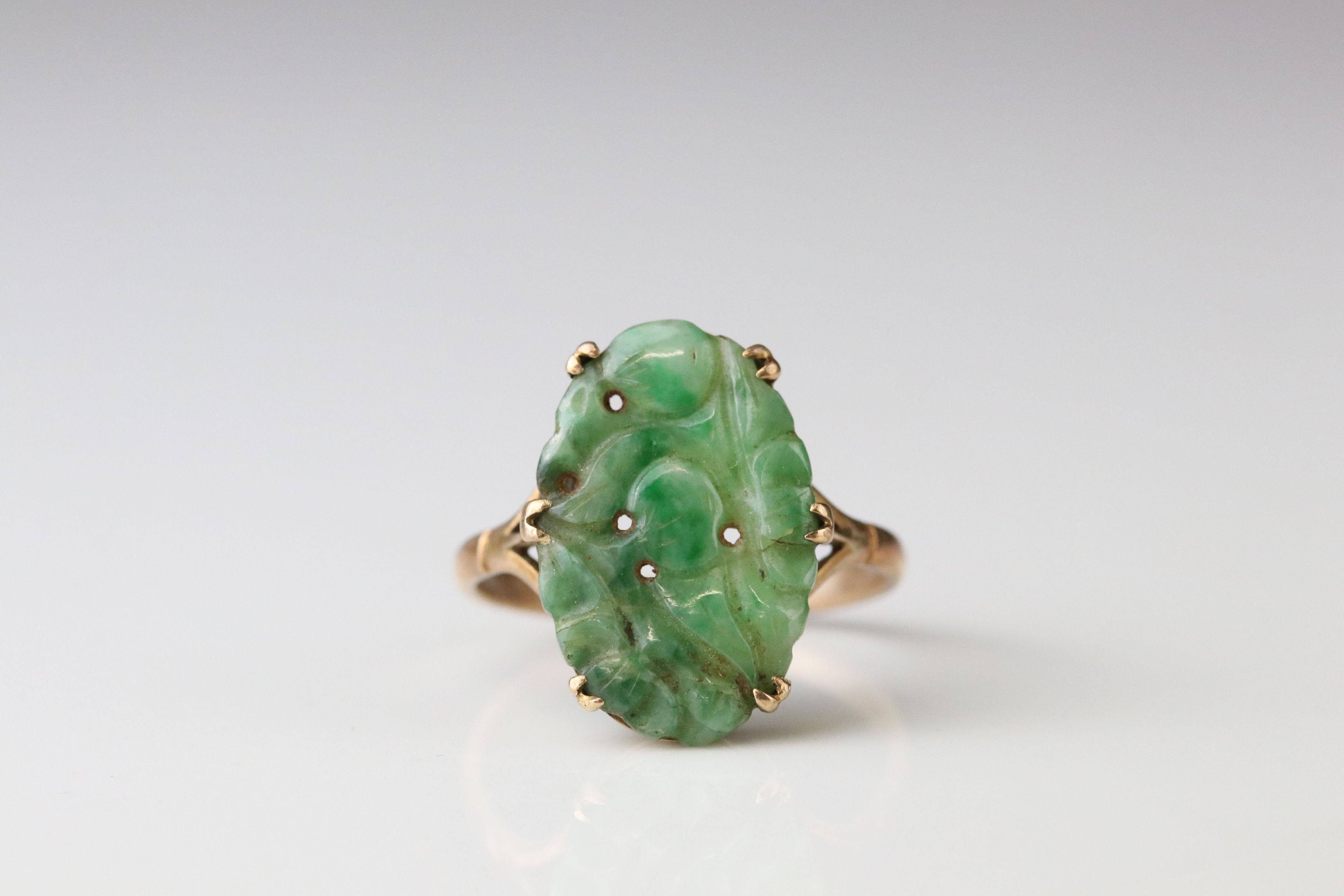 Carved jade 9ct yellow gold ring, the oval pierced carved jade measuring approx 18mm x 11.5mm, - Image 3 of 5