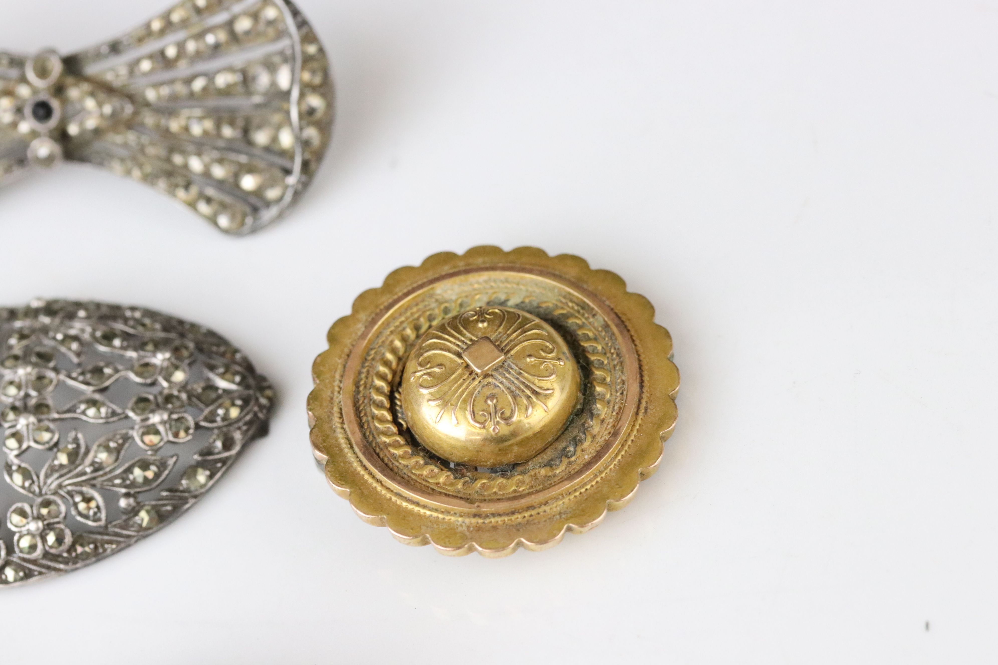 Collection of Victorian and later costume jewellery to include large knot brooch; three stone - Image 9 of 13
