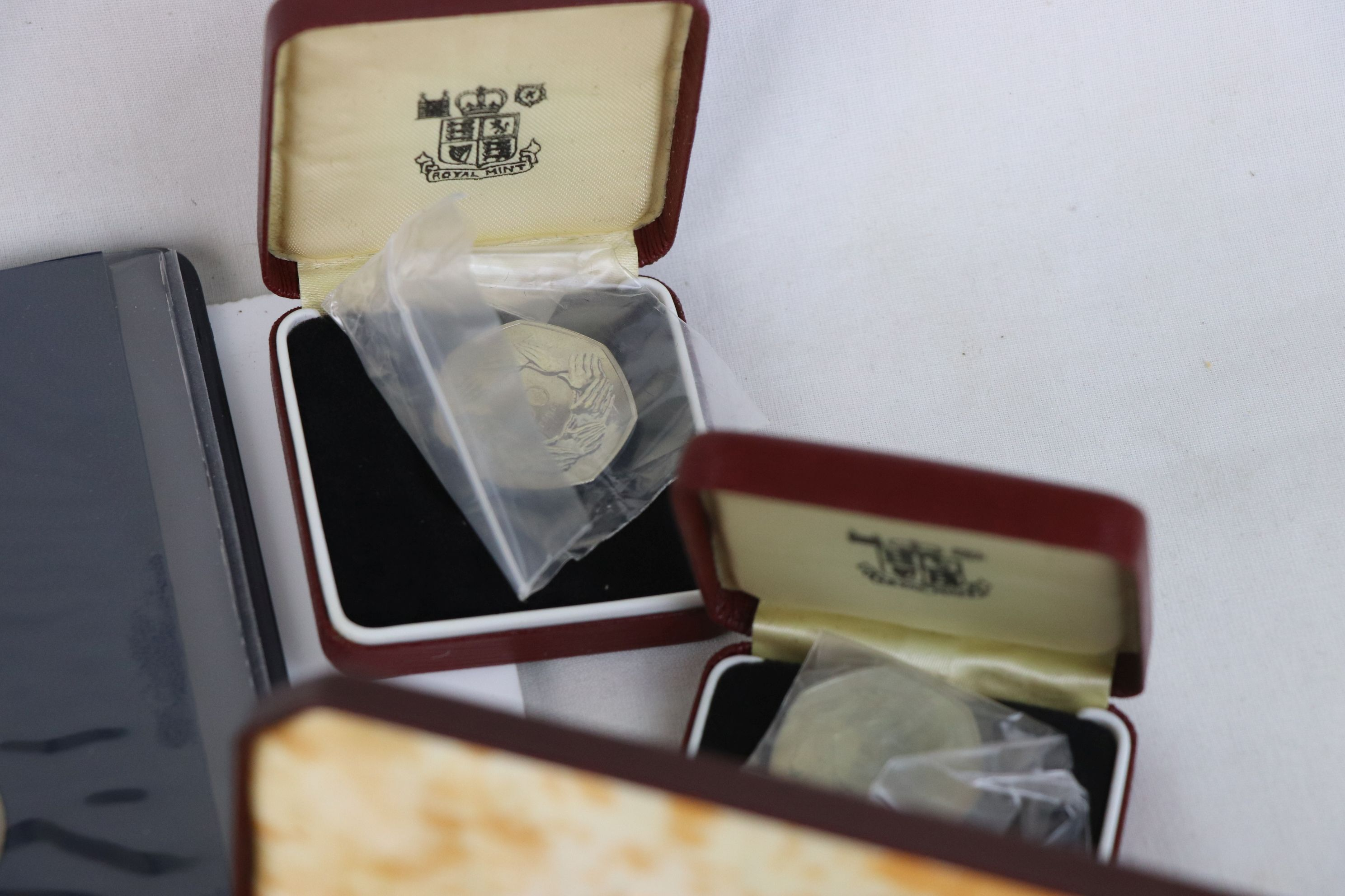 A collection of mainly British coins to include a cased 1953 Royal Mint 1953 coin set, a 1970 - Image 8 of 9