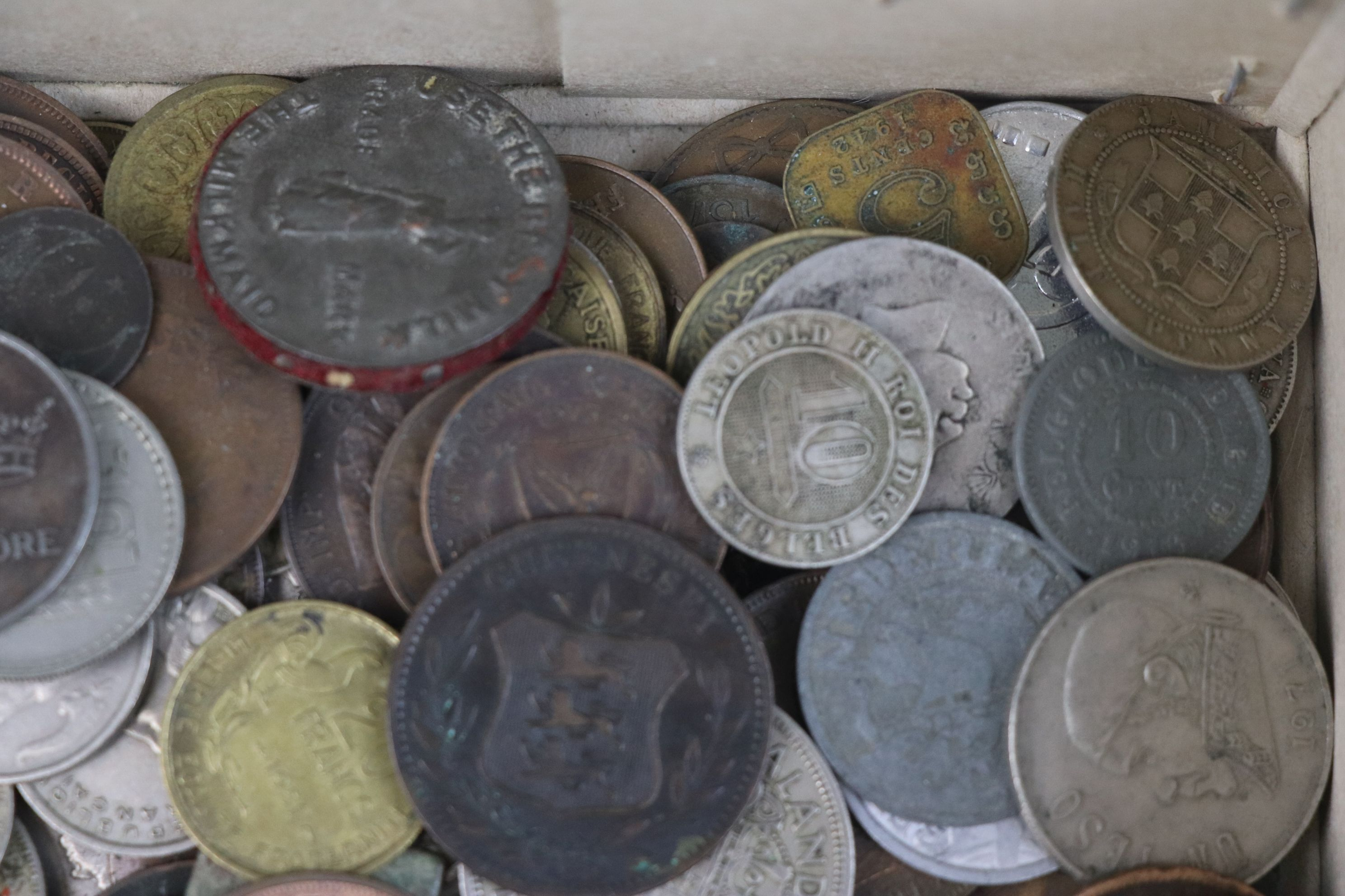 A collection of mixed 19th and 20th century British and world coins. - Image 8 of 10