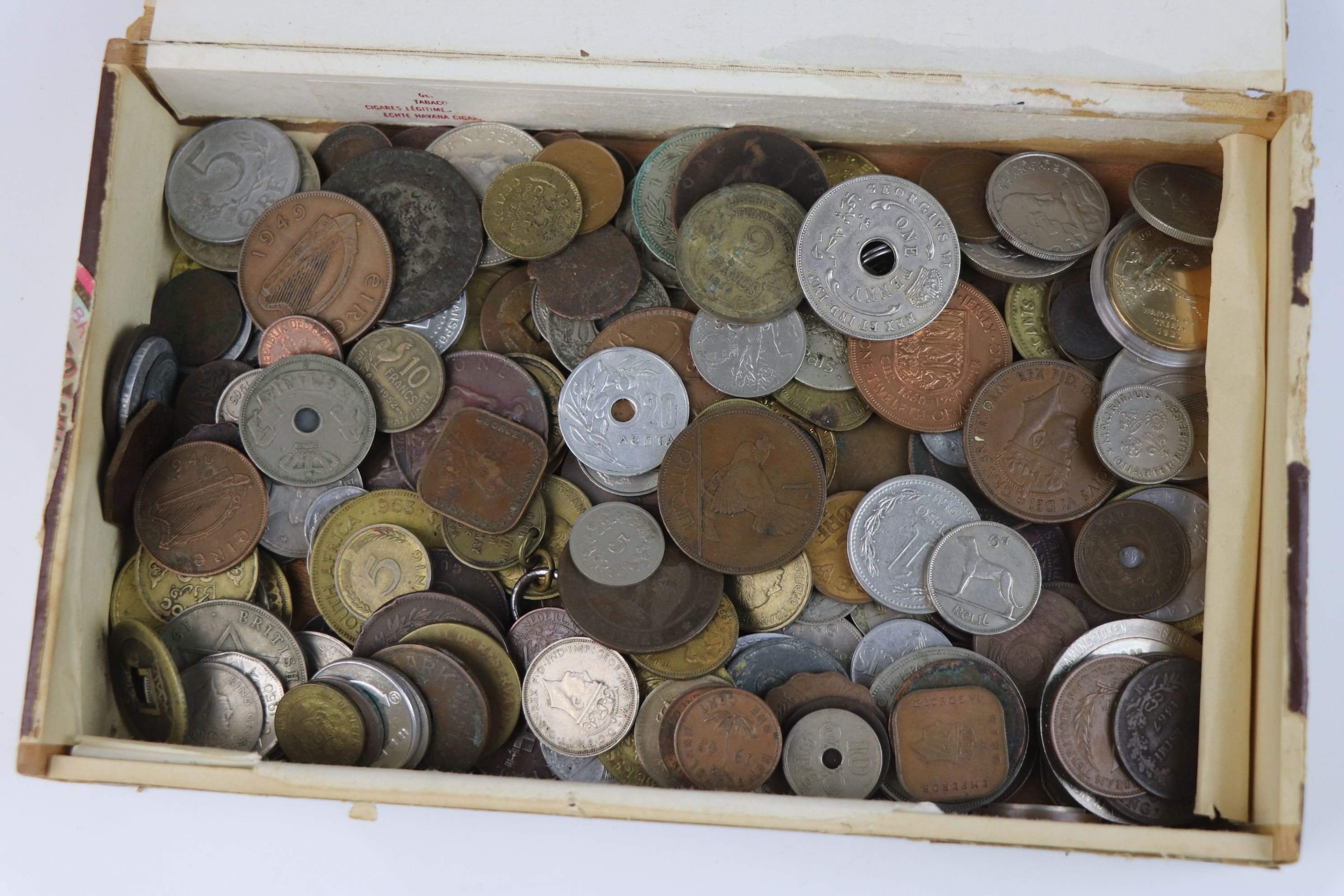 A collection of mixed 19th and 20th century British and world coins. - Image 2 of 7