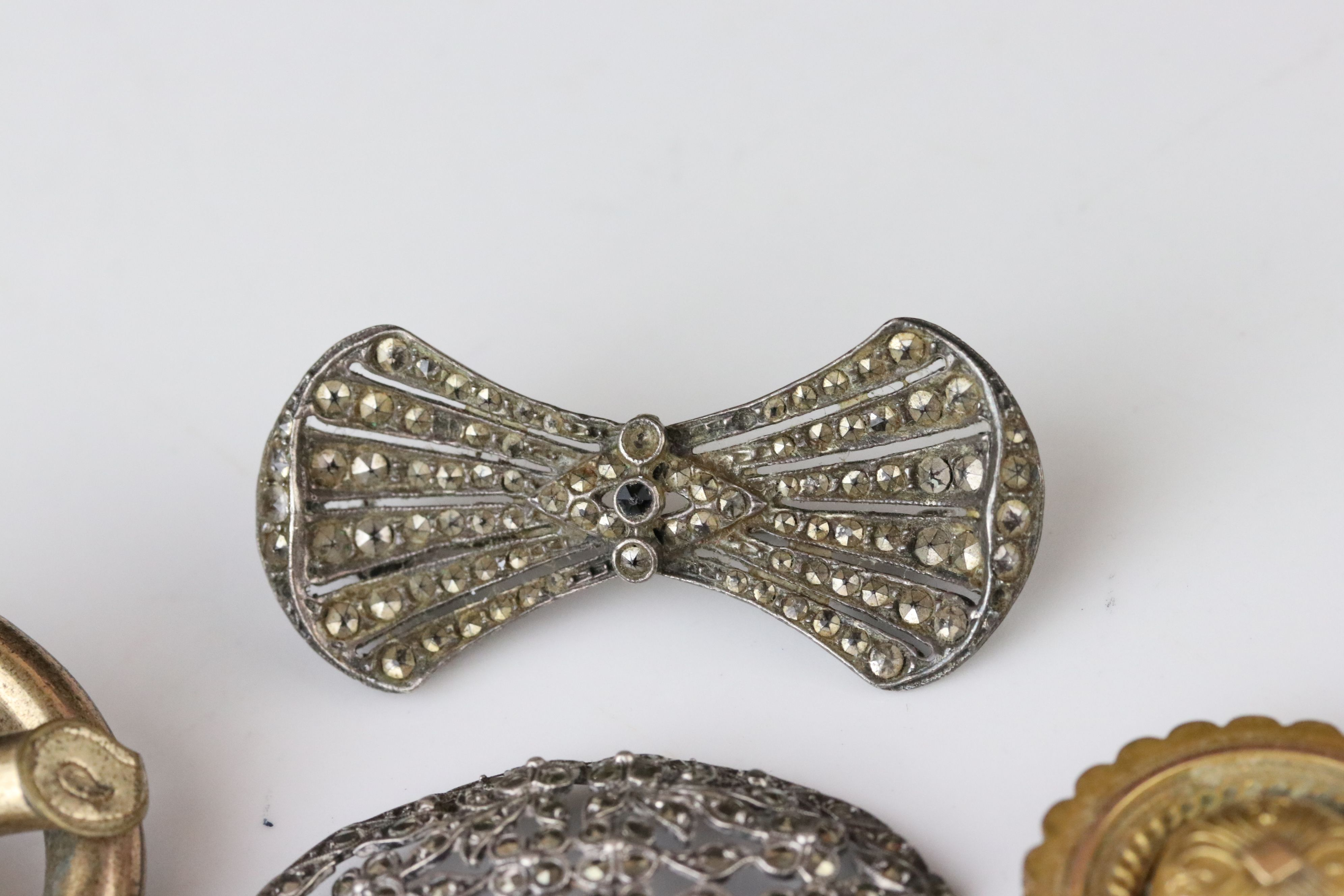 Collection of Victorian and later costume jewellery to include large knot brooch; three stone - Image 11 of 13