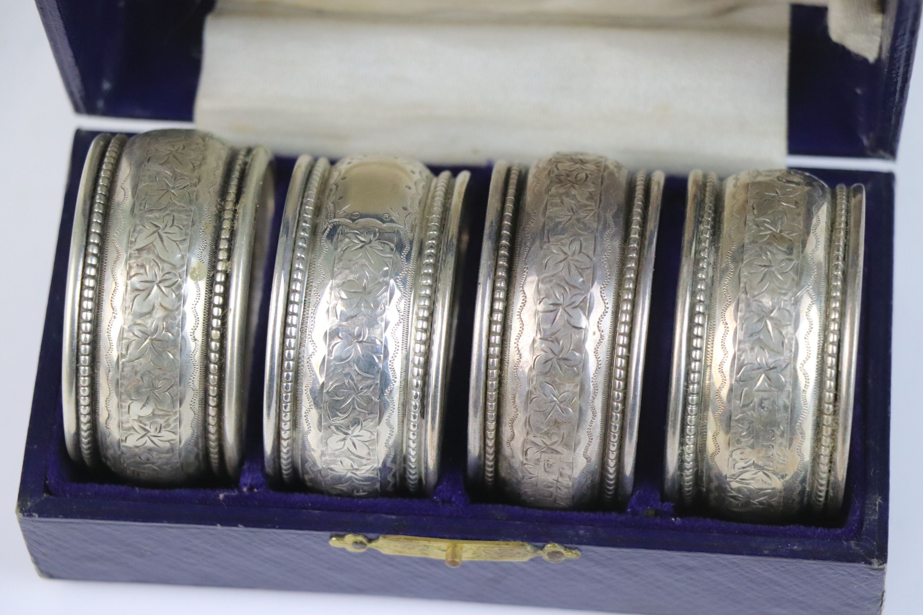 A fully hallmarked sterling silver cased set of four napkin rings, maker marked for William - Image 5 of 5