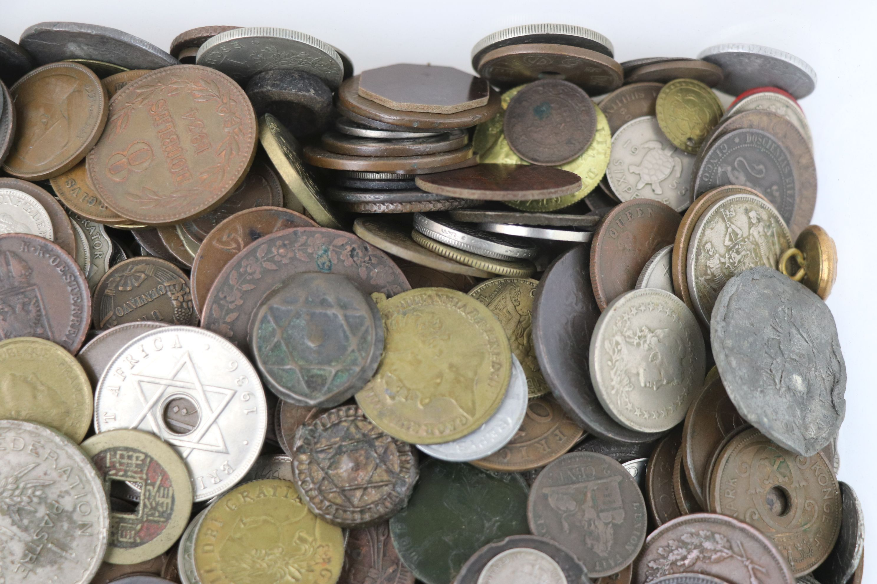 A large collection of British and World coins to include silver examples. - Image 8 of 10