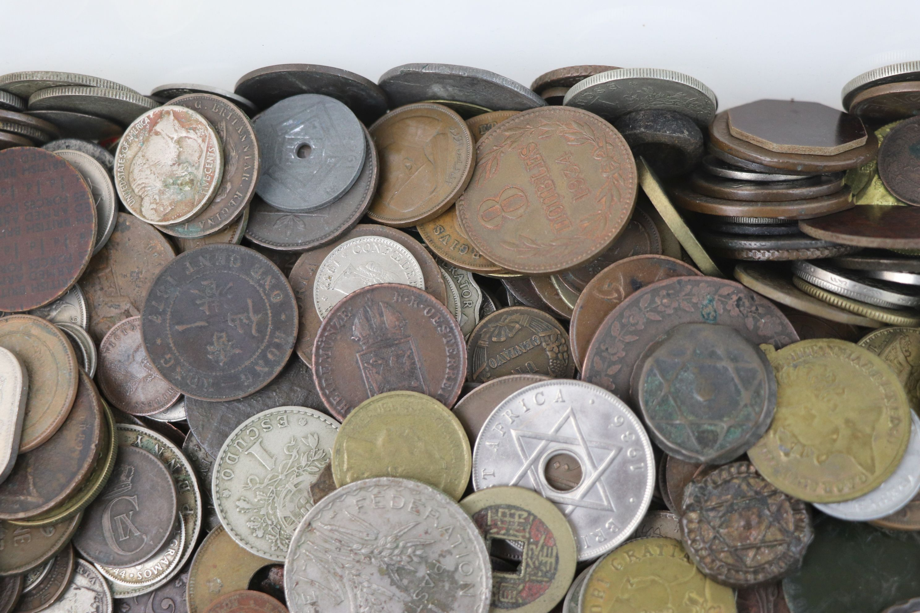 A large collection of British and World coins to include silver examples. - Image 5 of 10