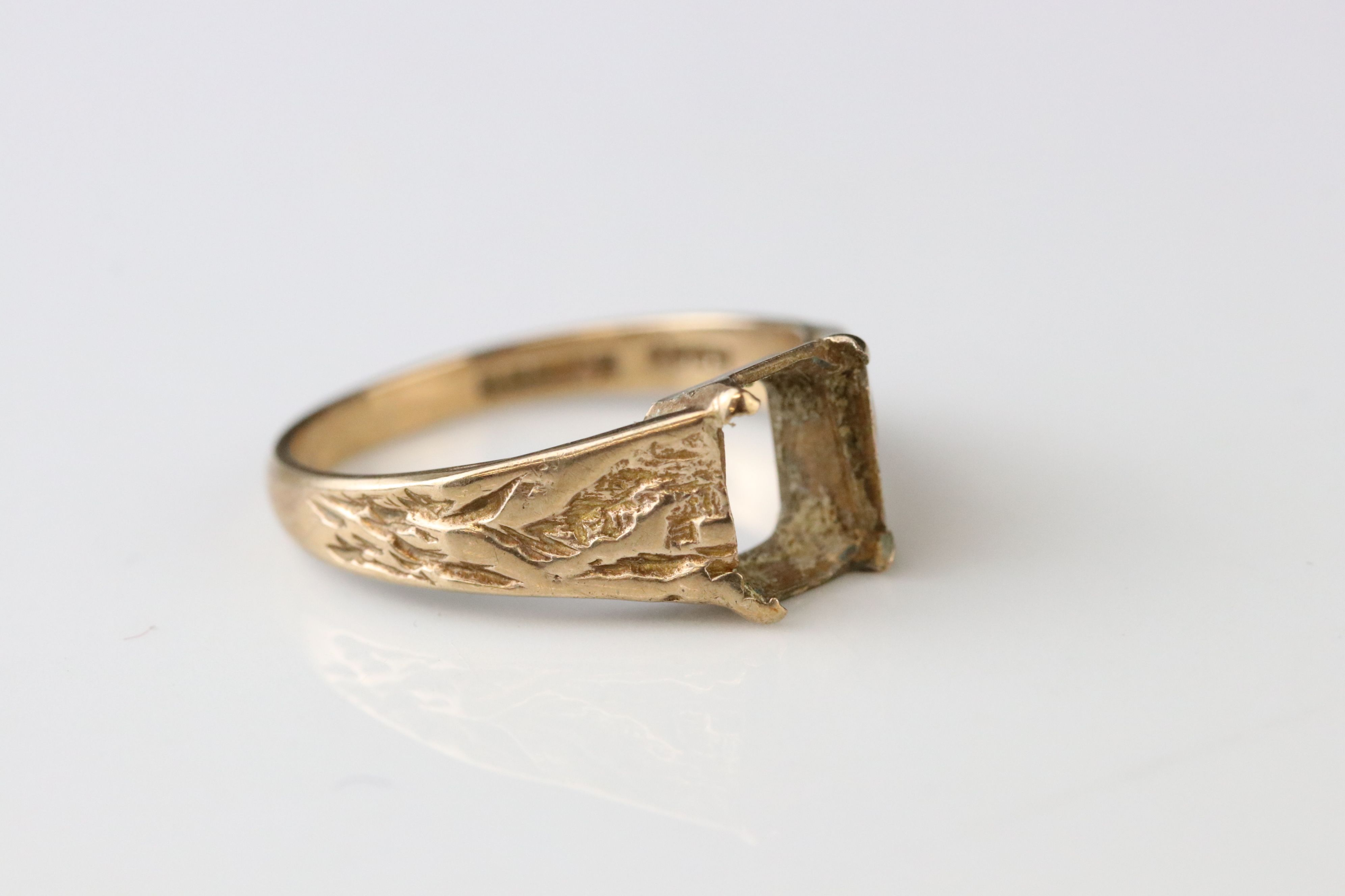 Two 9ct gold dress rings (one af) together with a 9ct gold mount (stone missing) (3) - Image 4 of 5