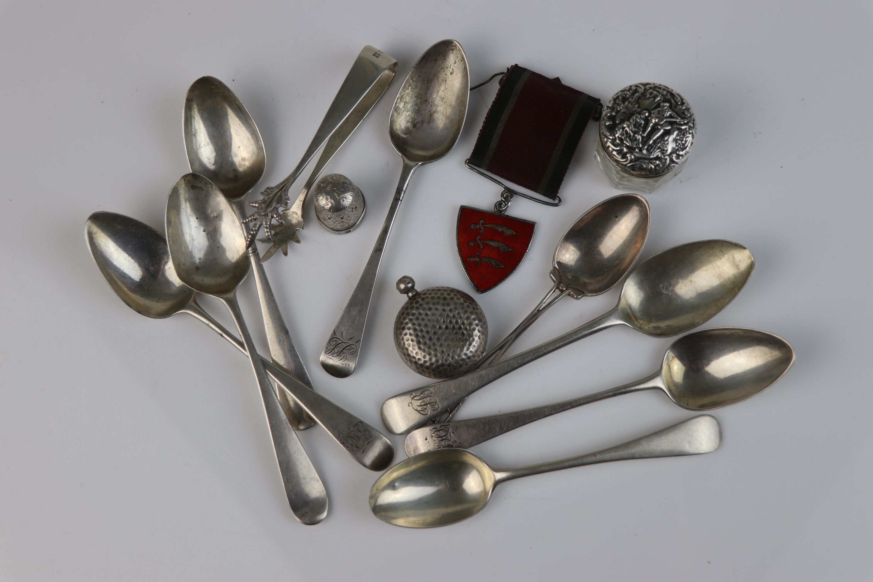A collection of fully hallmarked sterling silver to include teaspoons, sugar tongs, sovereign case - Image 8 of 8