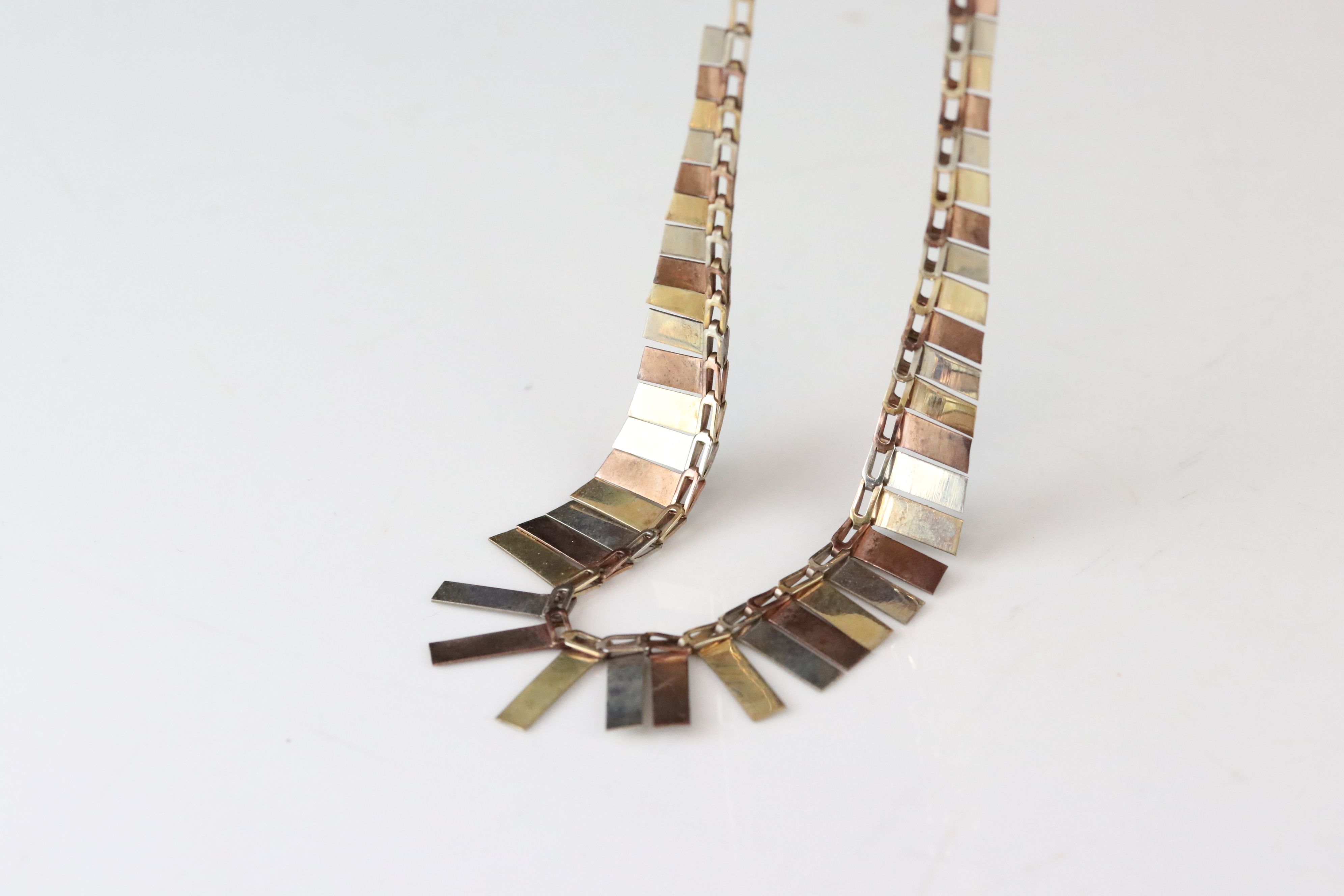 9ct tri colour gold fringe necklace, texture rose, yellow and white gold graduated panels, length - Image 5 of 5