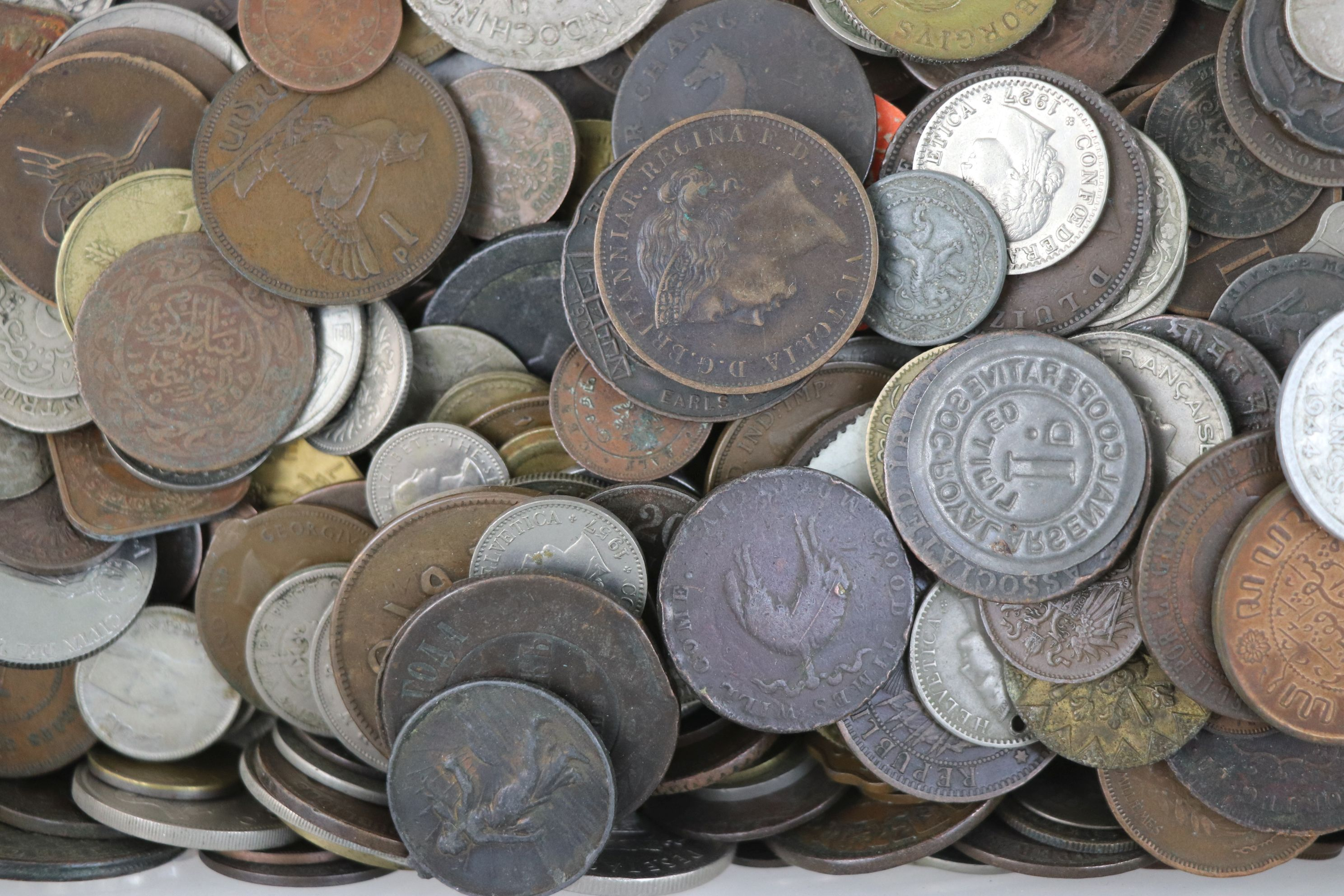 A large collection of British and World coins to include silver examples. - Image 7 of 10