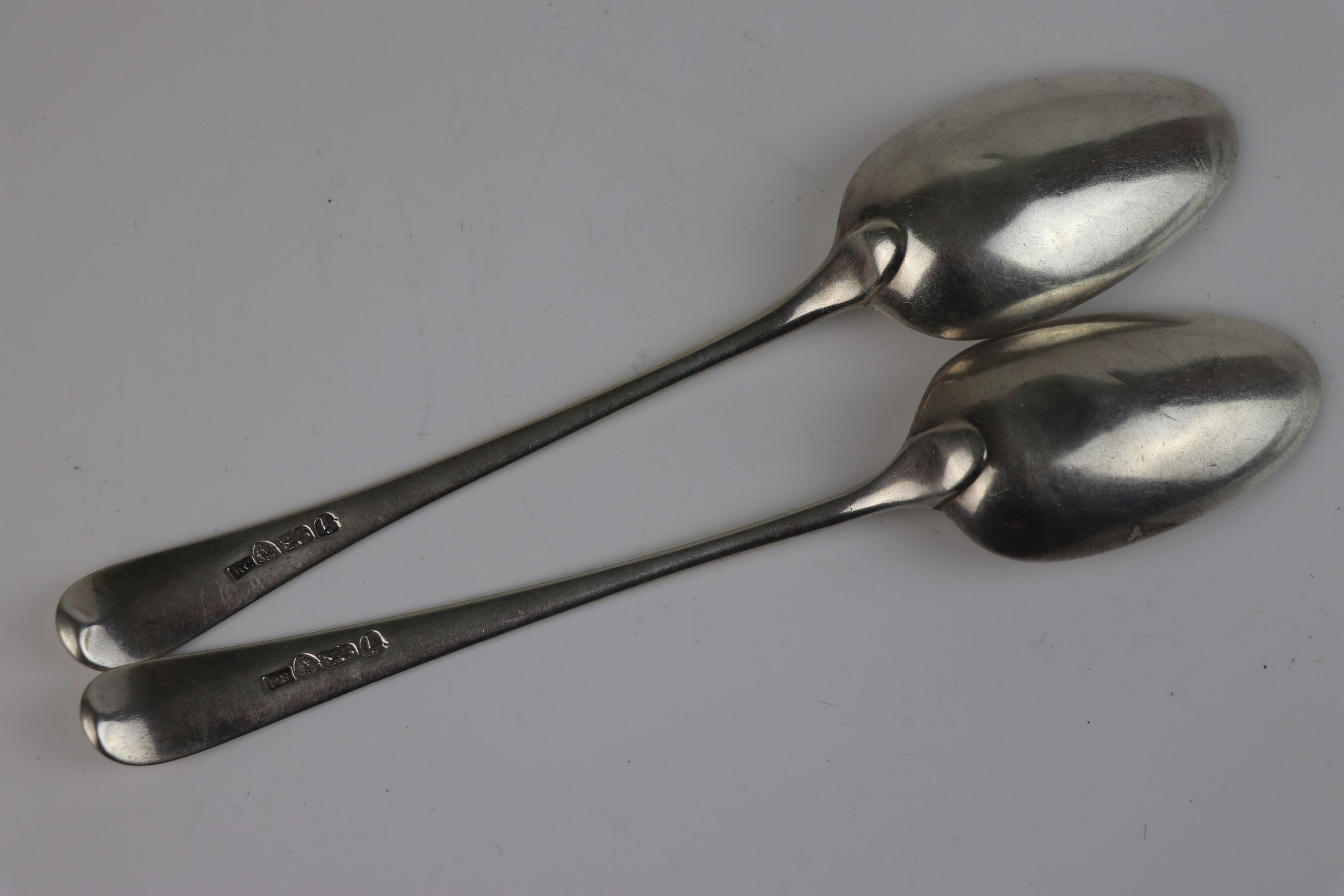 A pair of Georgian fully hallmarked sterling silver dessert spoons, maker marked for Richard - Image 4 of 5