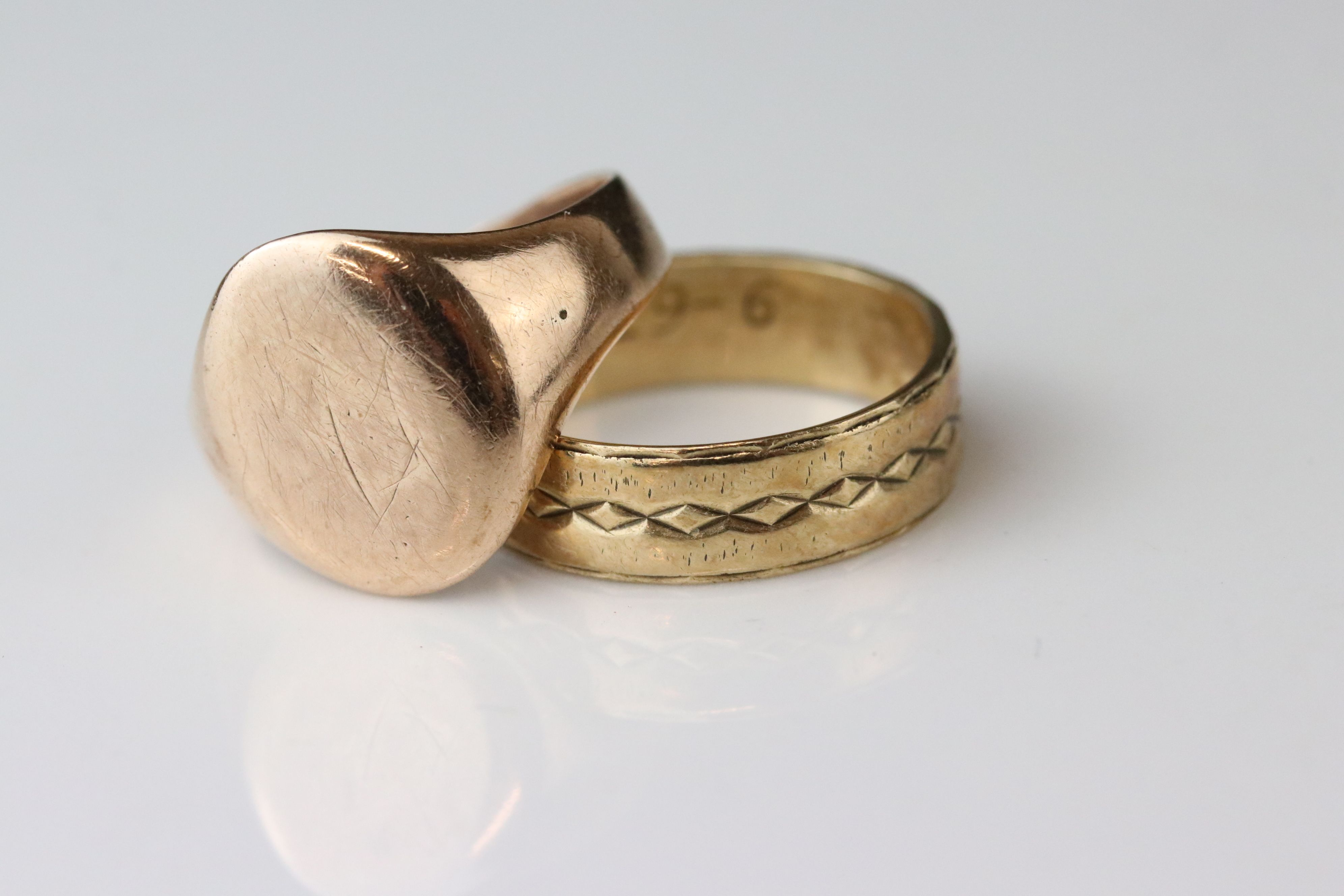 Rose gold signet ring, assessed as 9ct gold, oval panel (possibly with extremely rubbed monogram),