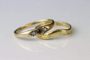 18ct yellow gold wedding band (af) together with a sapphire and diamond three stone 9ct yellow