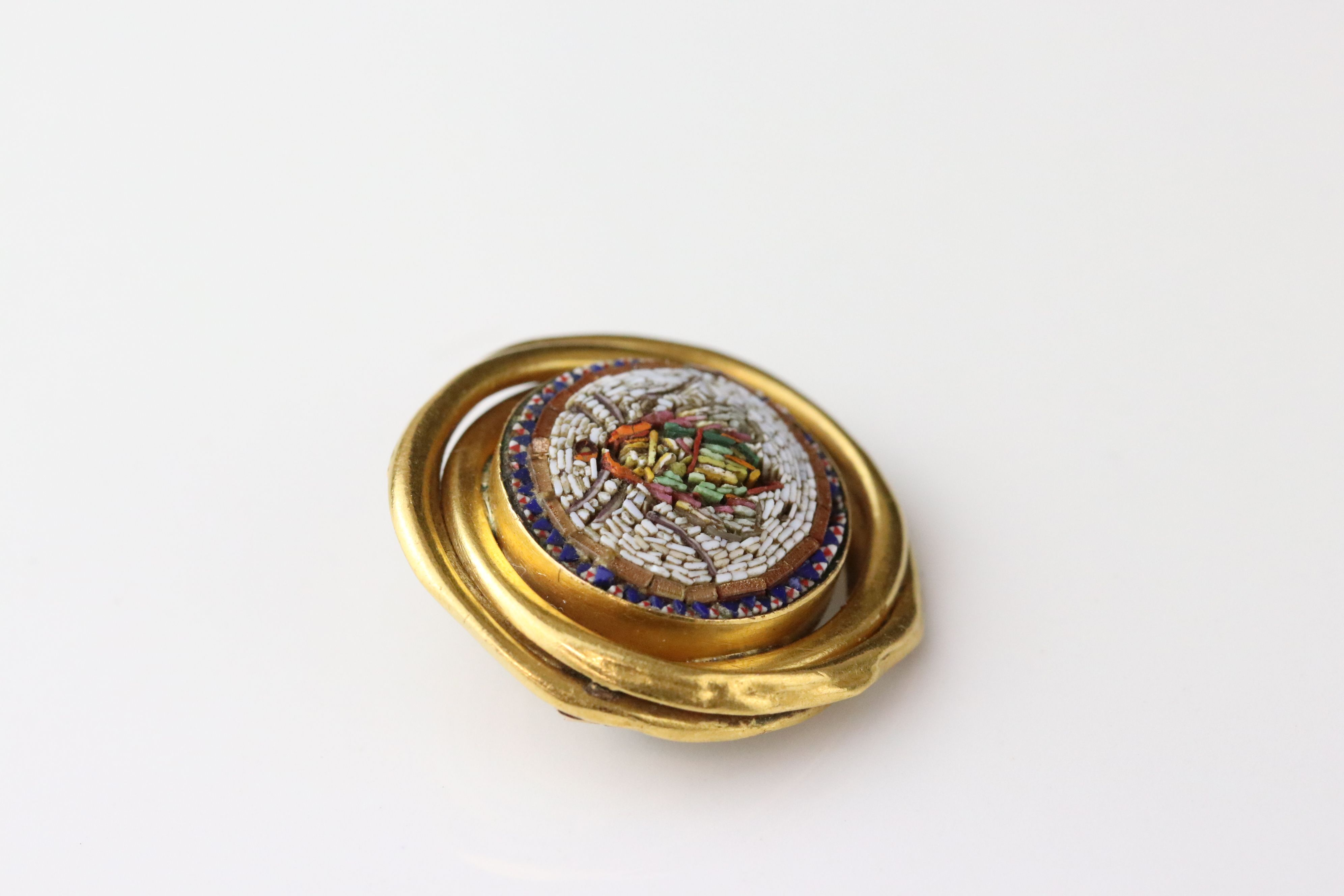 Victorian style micro-mosaic brooch depicting a fly, interwoven yellow metal surround, hinged pin - Image 2 of 4