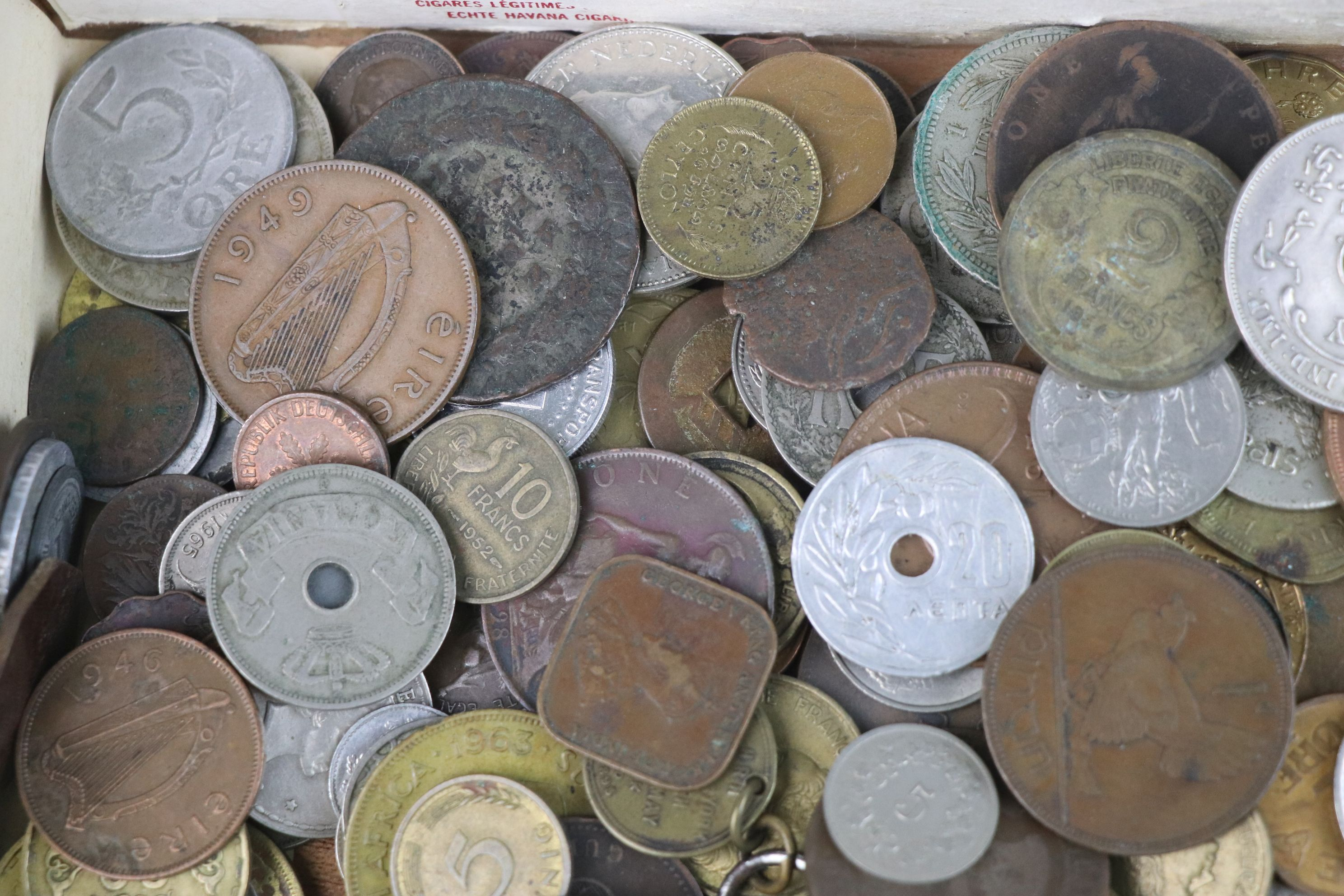A collection of mixed 19th and 20th century British and world coins. - Image 3 of 7