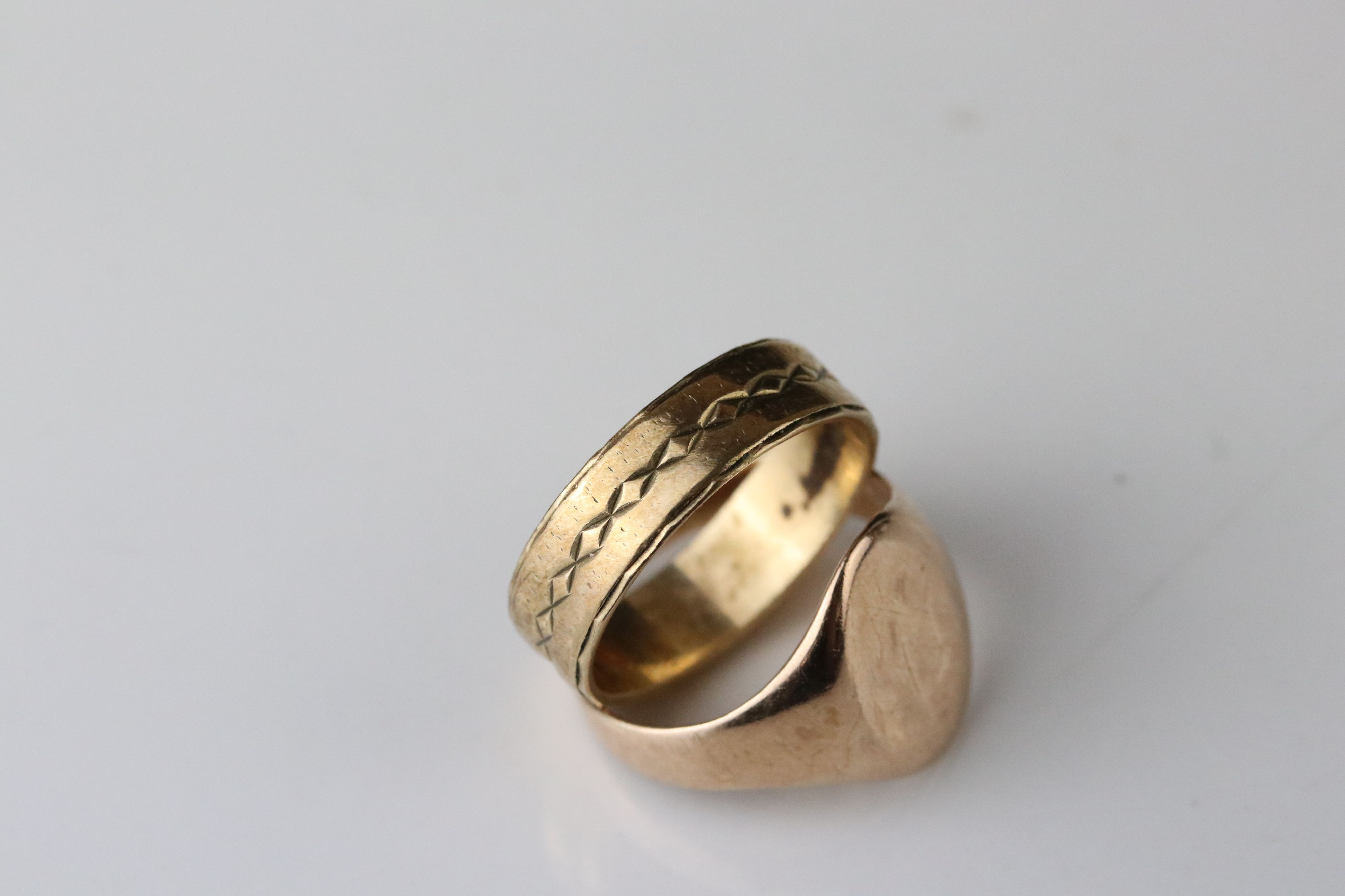 Rose gold signet ring, assessed as 9ct gold, oval panel (possibly with extremely rubbed monogram), - Image 3 of 4