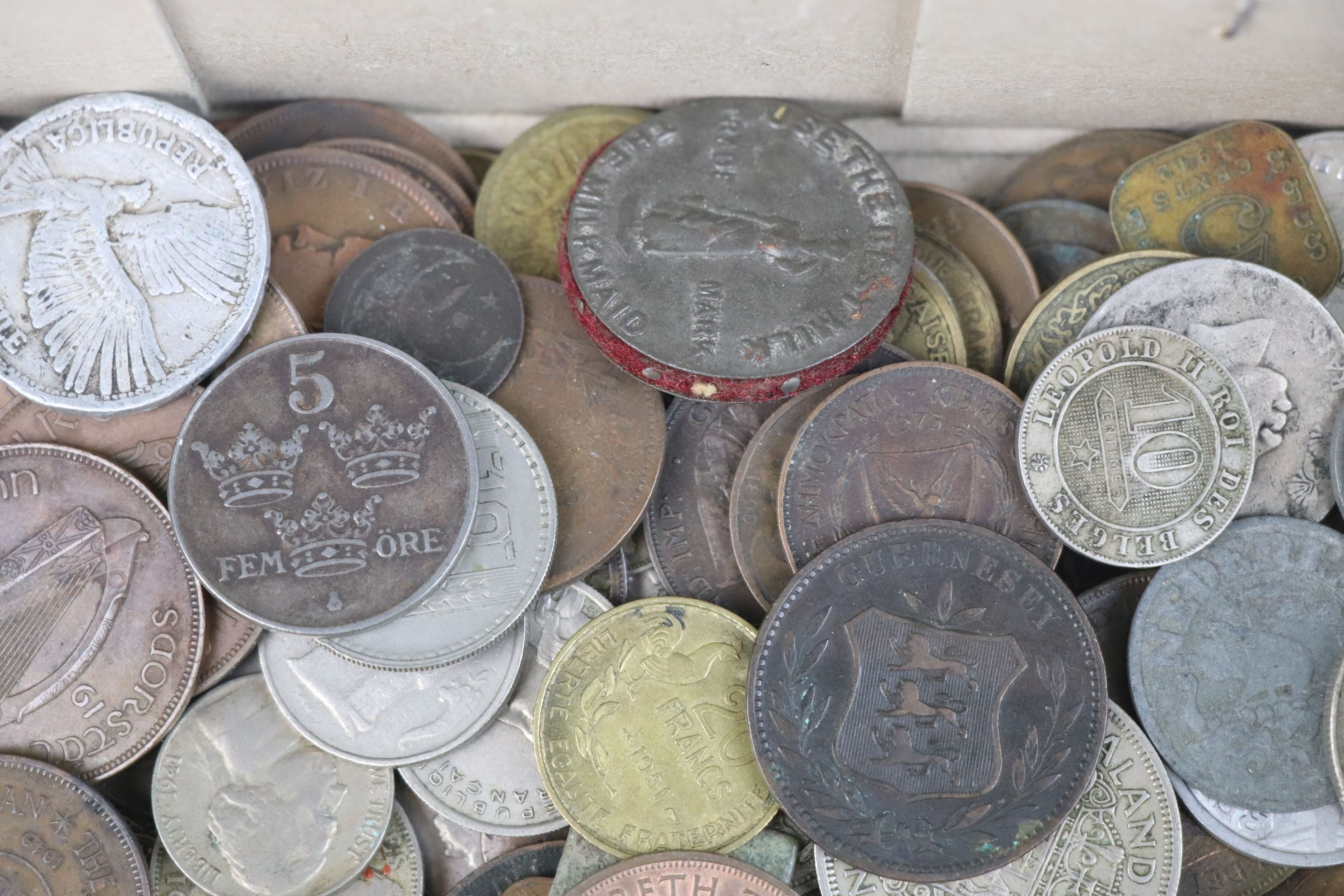 A collection of mixed 19th and 20th century British and world coins. - Image 5 of 10