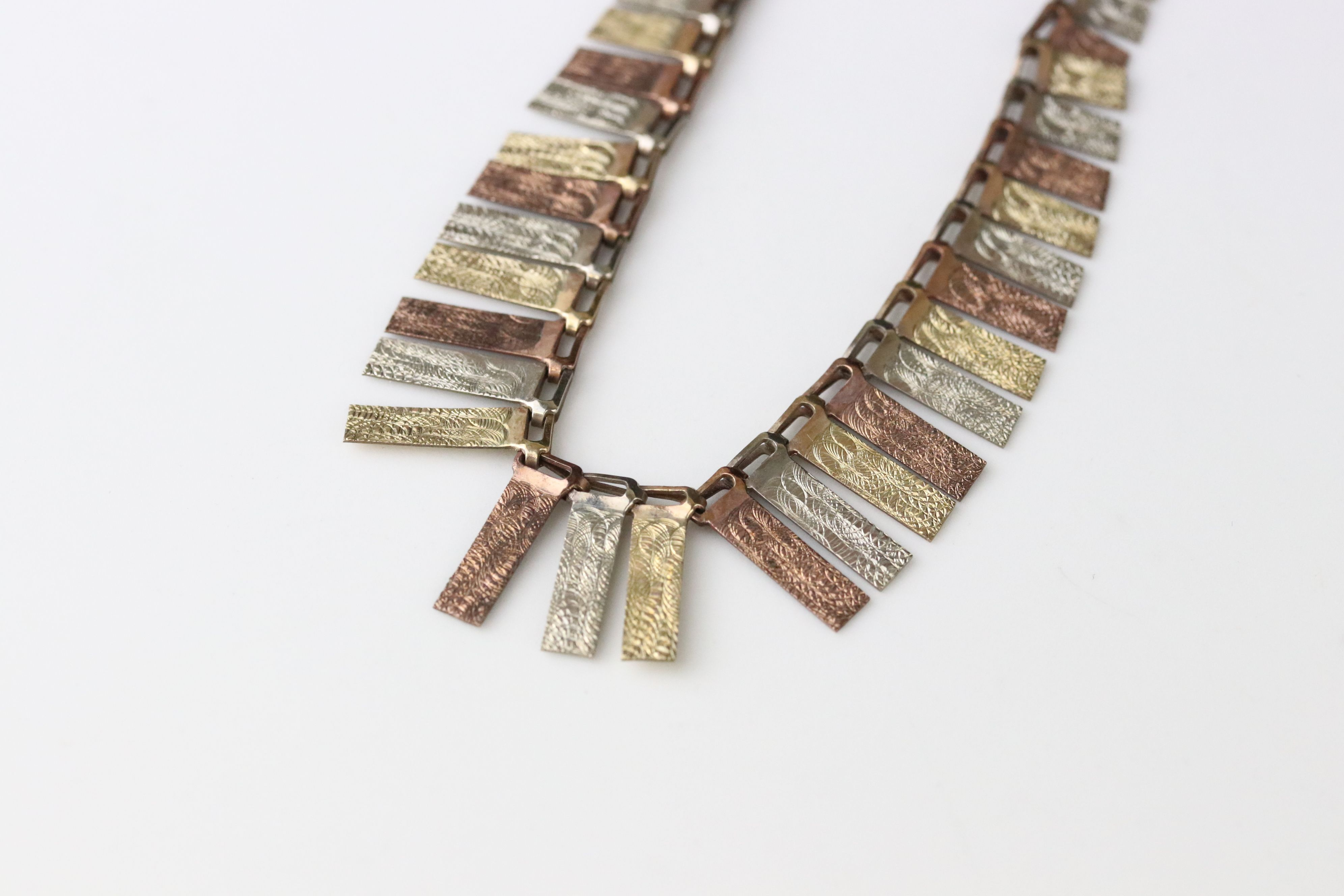 9ct tri colour gold fringe necklace, texture rose, yellow and white gold graduated panels, length - Image 2 of 5