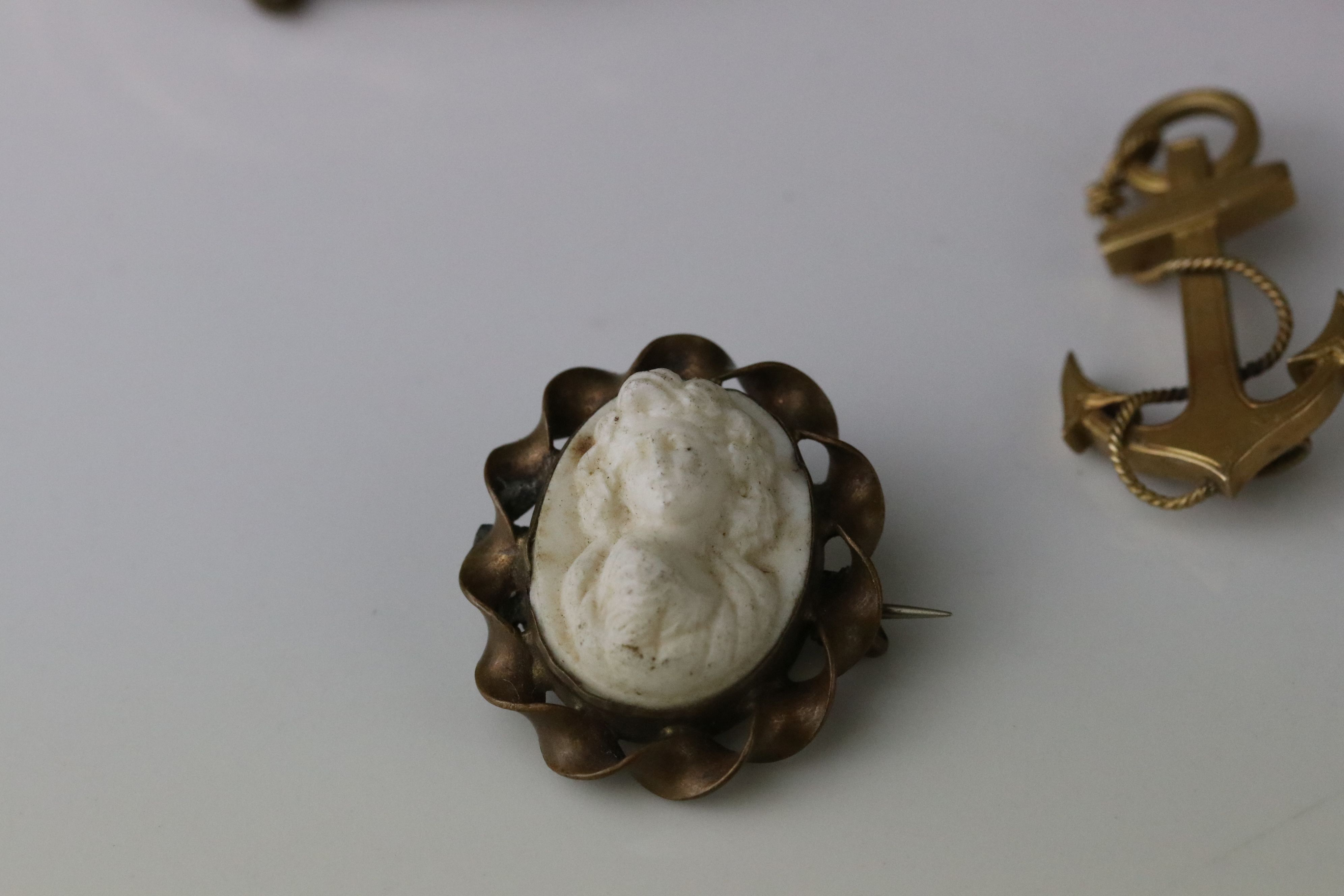 Collection of Victorian and later costume jewellery to include large knot brooch; three stone - Image 7 of 13