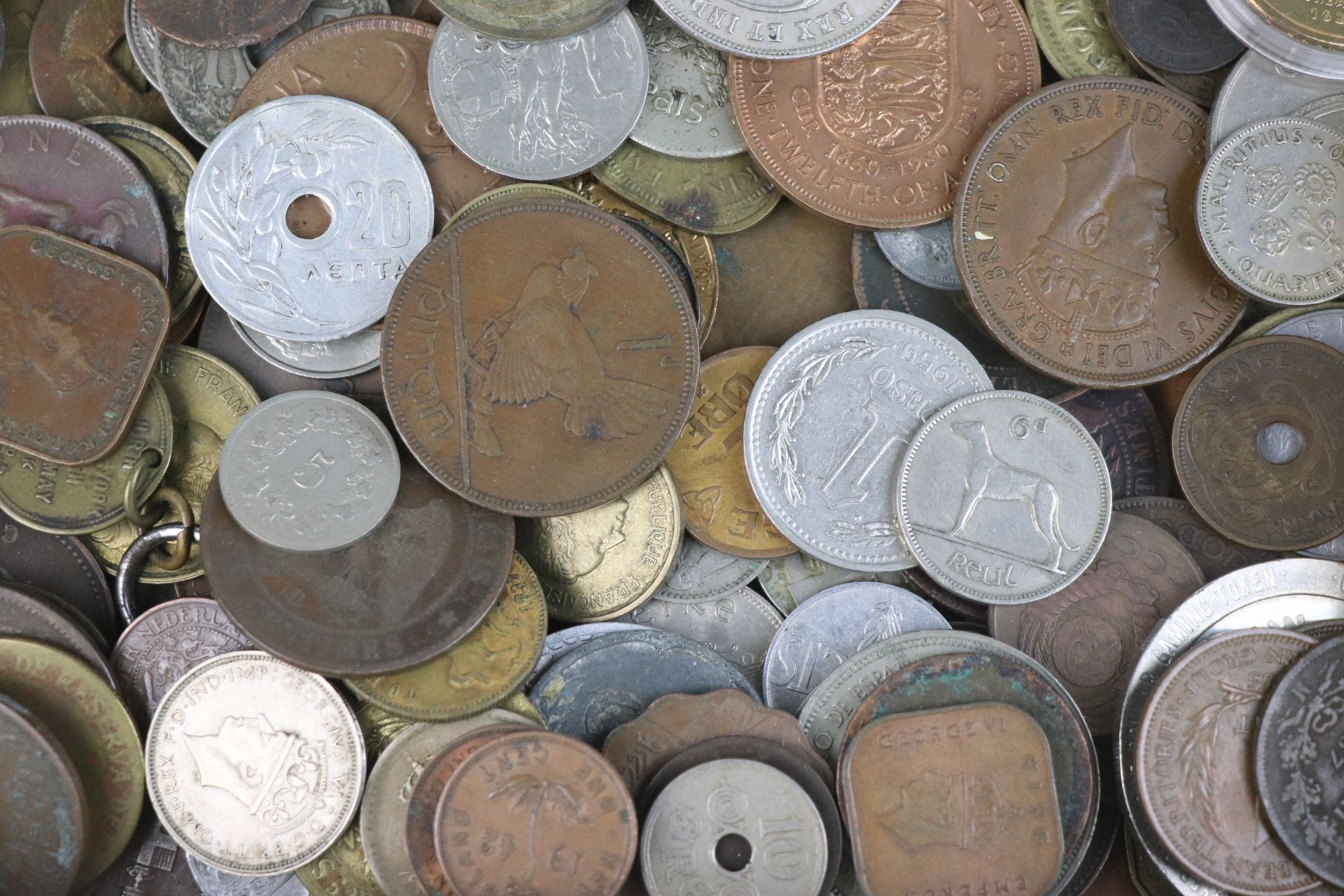 A collection of mixed 19th and 20th century British and world coins. - Image 6 of 7