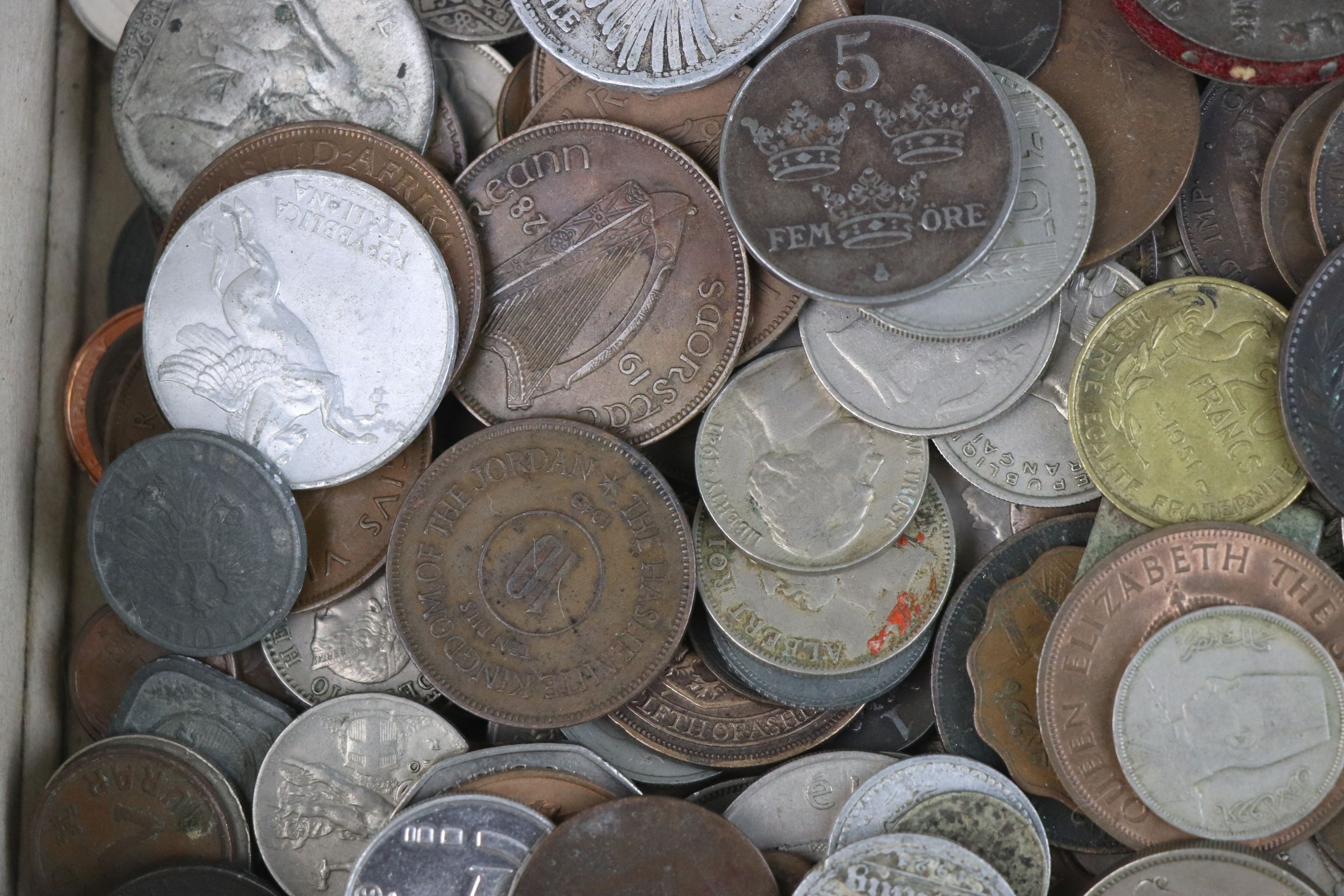 A collection of mixed 19th and 20th century British and world coins. - Image 3 of 10