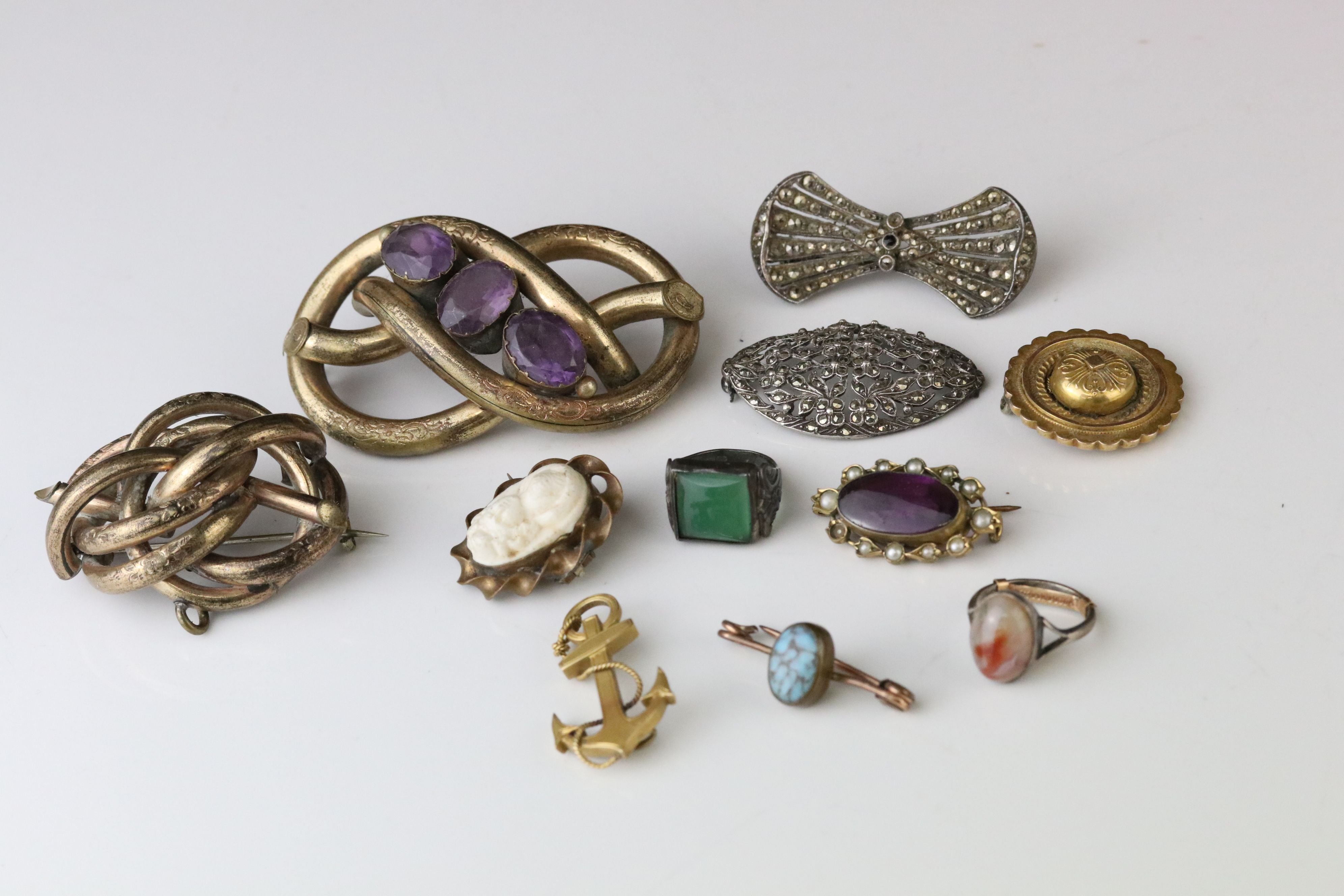Collection of Victorian and later costume jewellery to include large knot brooch; three stone