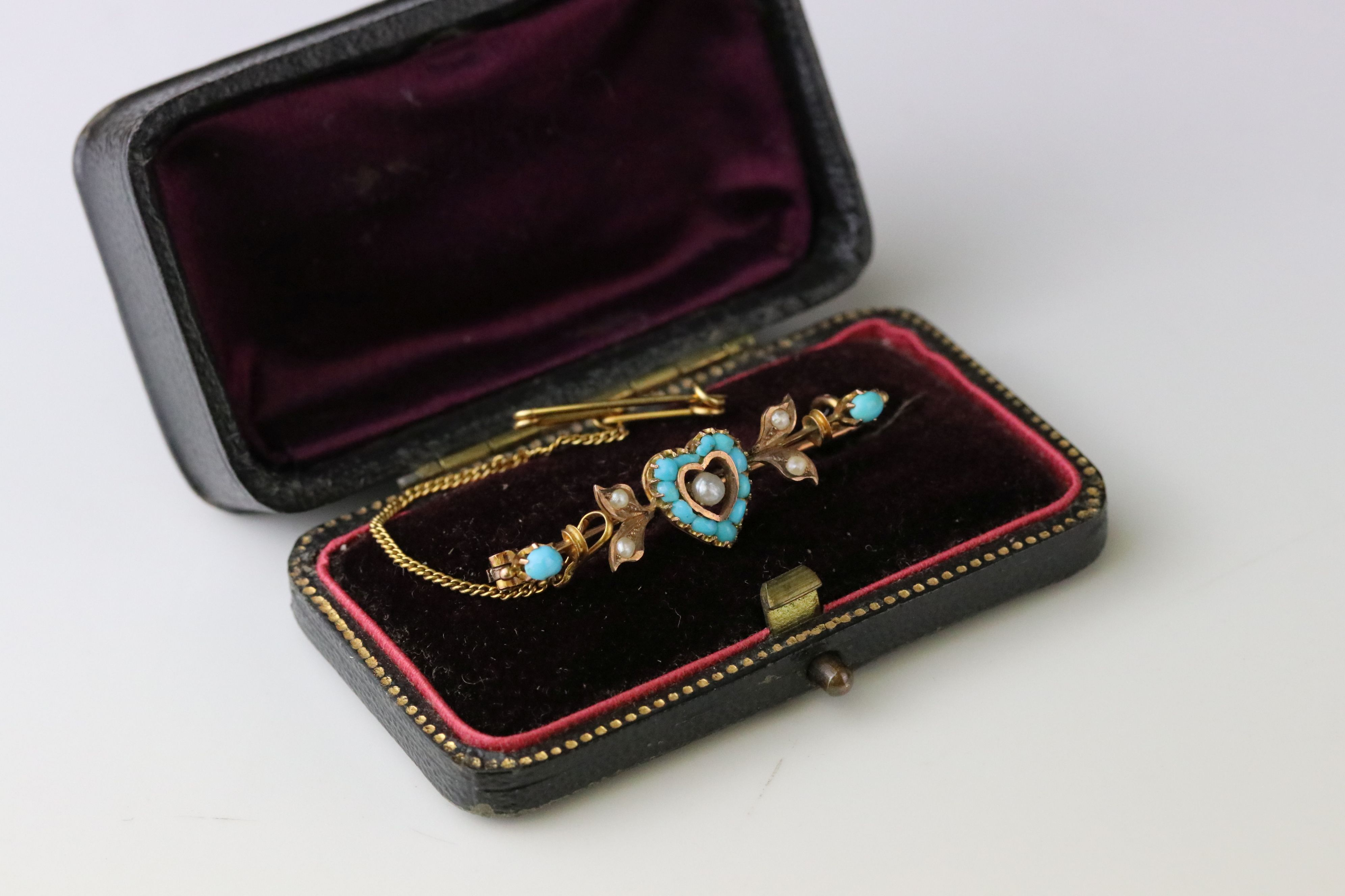 German 19th century turquoise and seed pearl 8ct gold sweetheart brooch, the central heart-shaped - Image 5 of 5