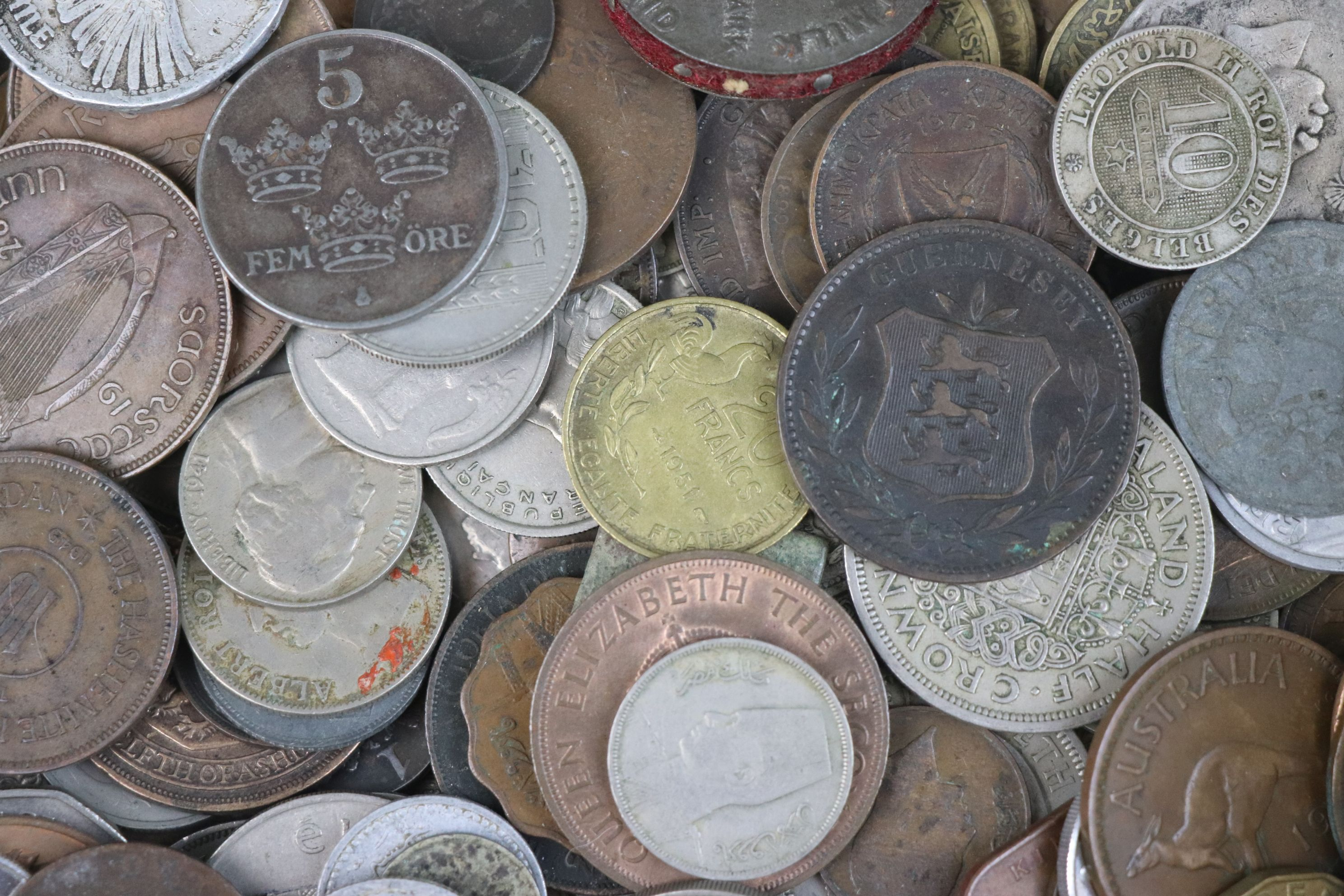 A collection of mixed 19th and 20th century British and world coins. - Image 6 of 10