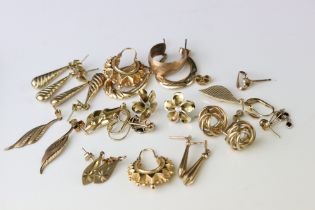 Collection of 9ct yellow gold earrings, mostly post ear fittings, stud and drop earrings (q)