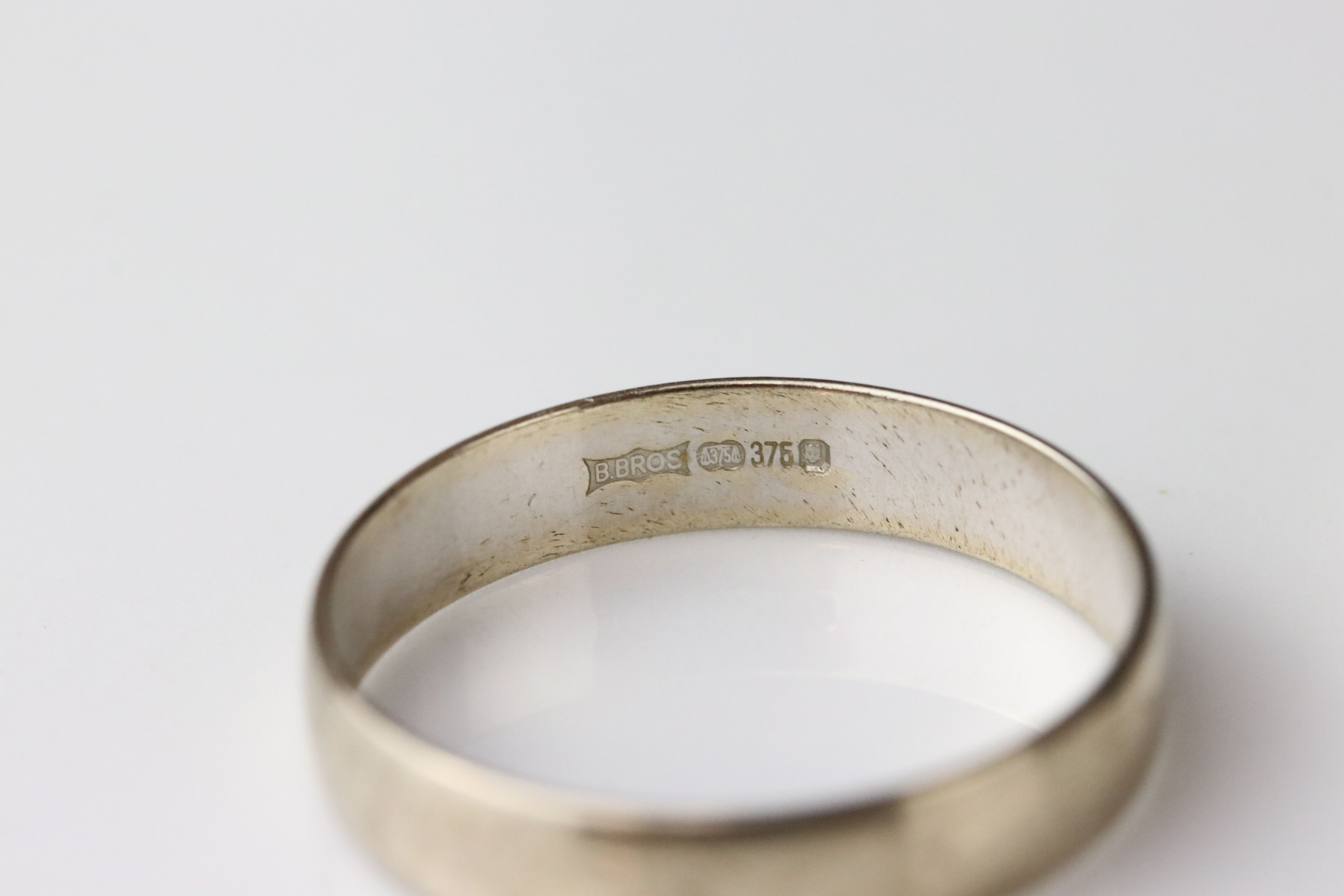 9ct white gold plain polished wedding band, width approx 4mm, ring size R (needs rhodium plating) - Image 5 of 5