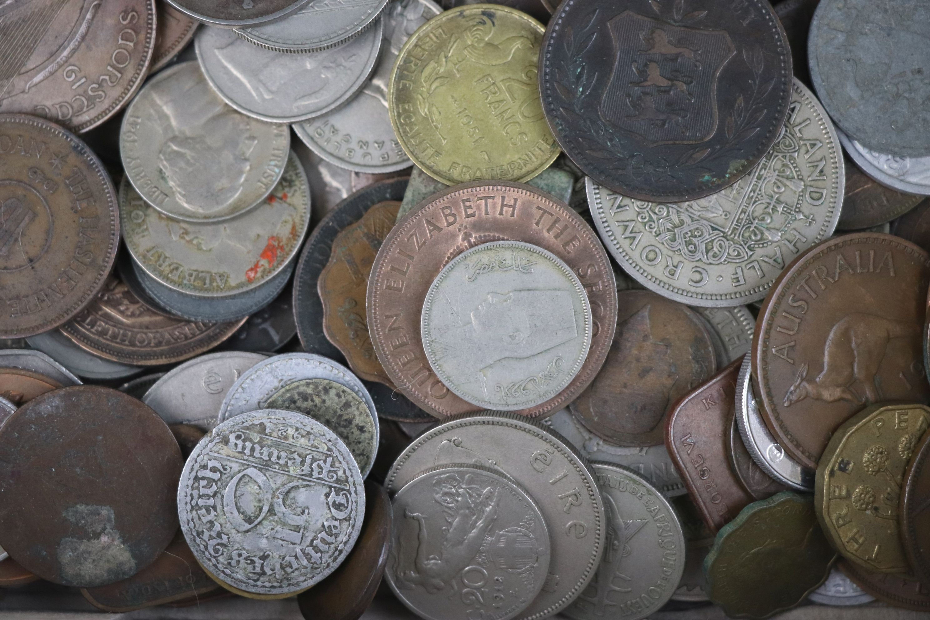 A collection of mixed 19th and 20th century British and world coins. - Image 7 of 10