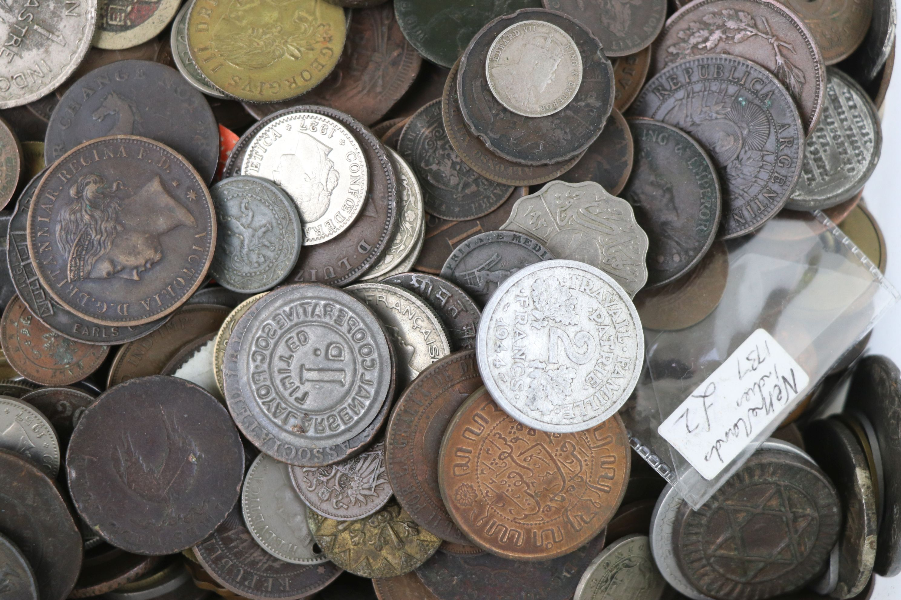 A large collection of British and World coins to include silver examples. - Image 10 of 10