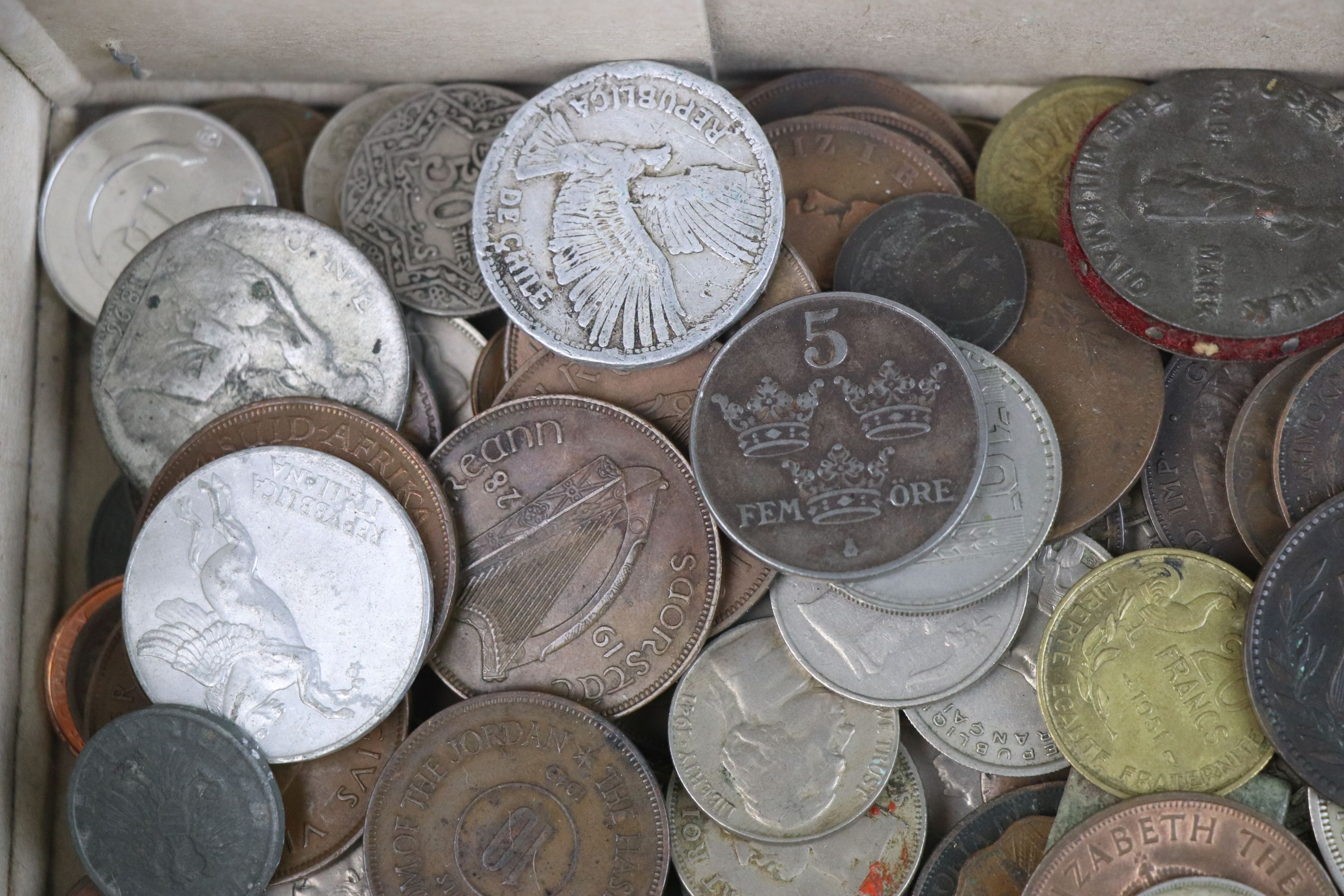 A collection of mixed 19th and 20th century British and world coins. - Image 2 of 10