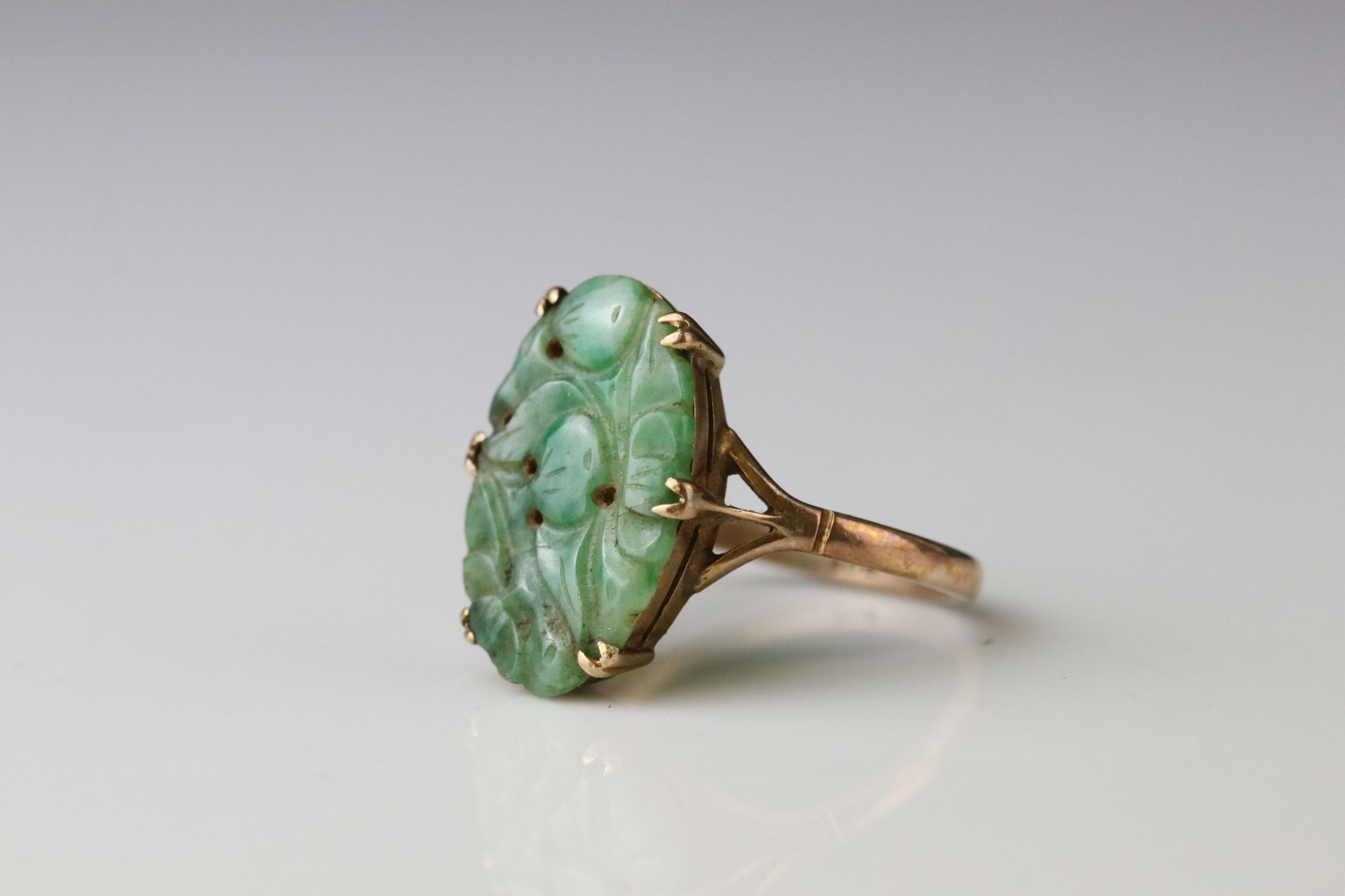 Carved jade 9ct yellow gold ring, the oval pierced carved jade measuring approx 18mm x 11.5mm, - Image 2 of 5