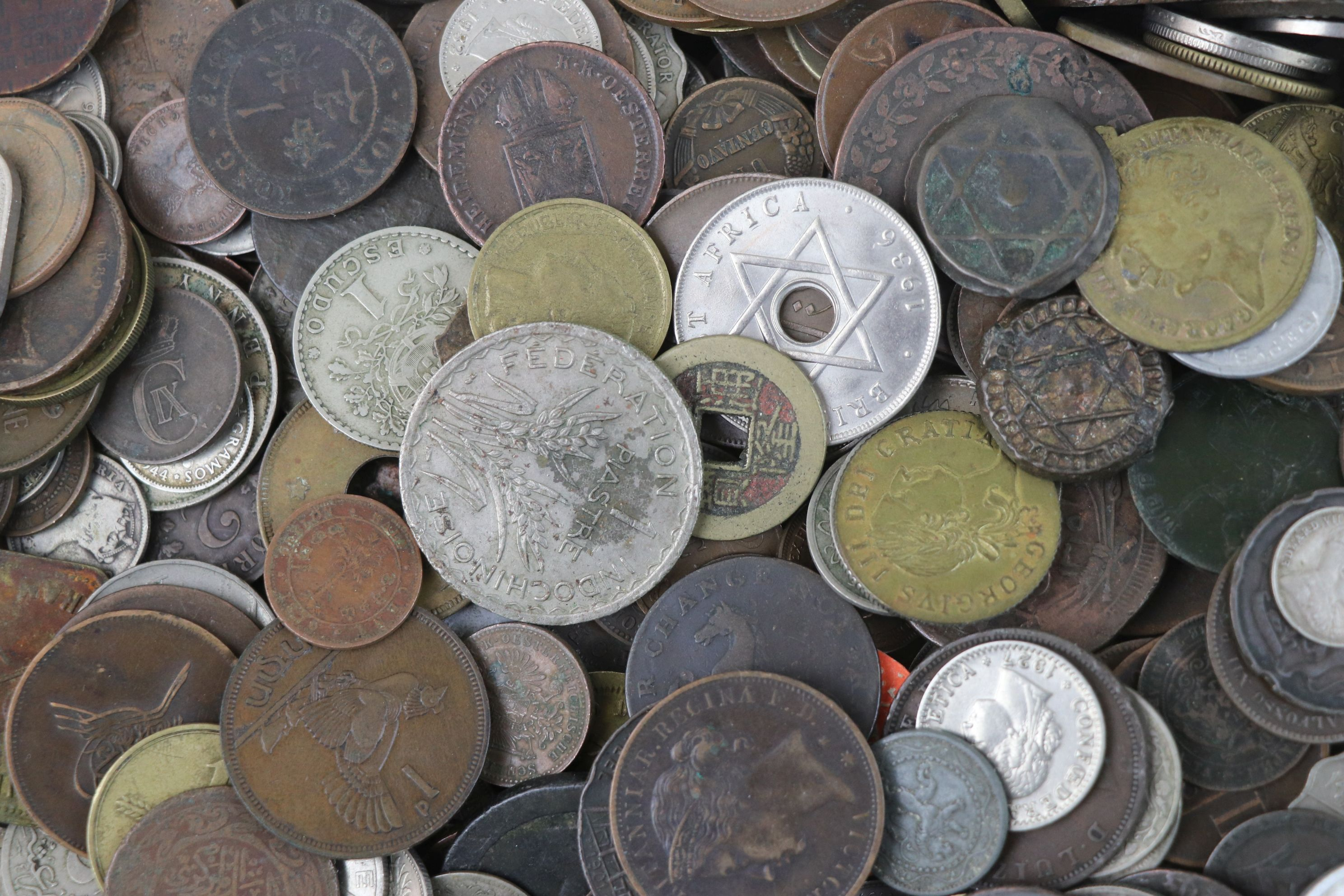 A large collection of British and World coins to include silver examples. - Image 6 of 10