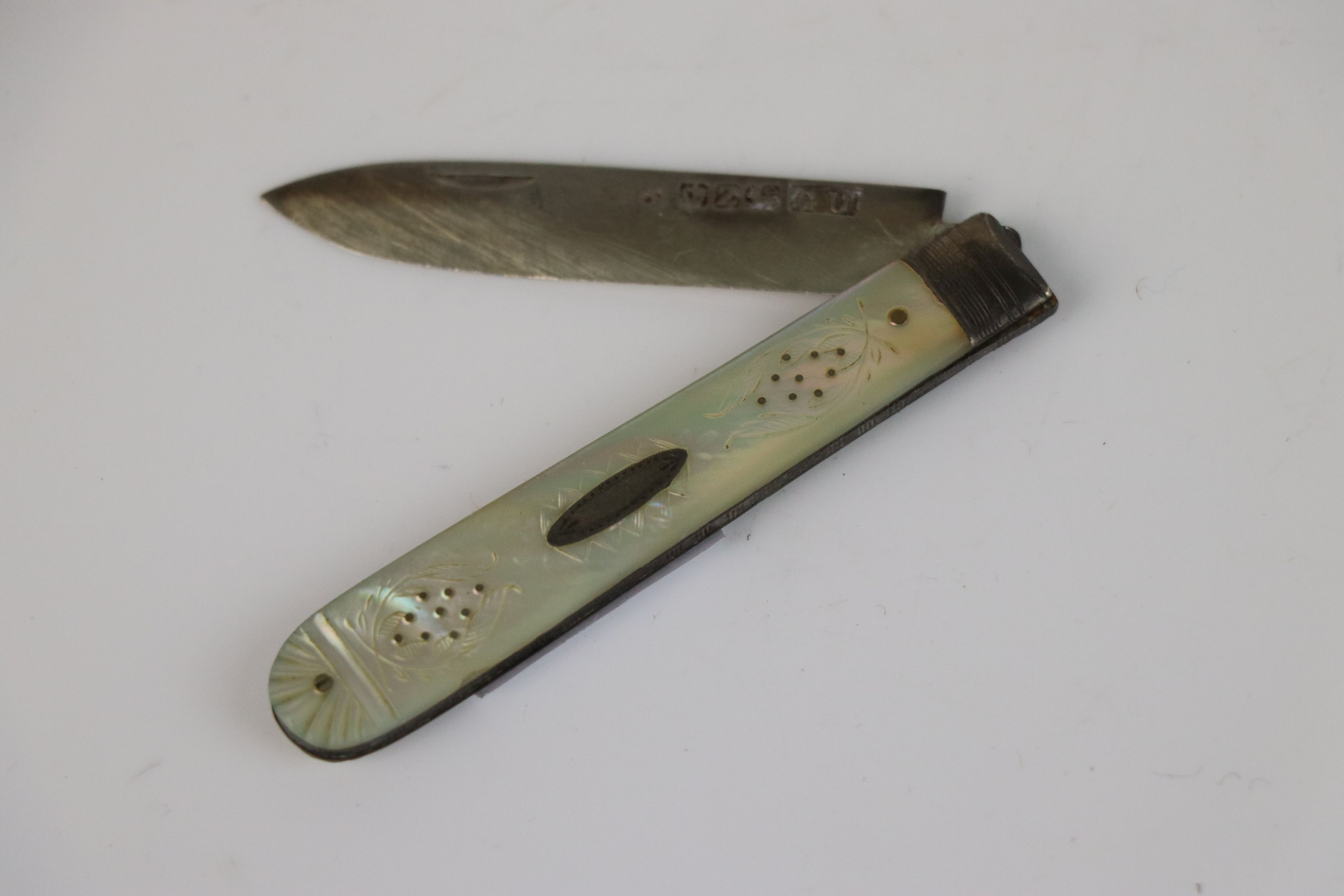A fully hallmarked sterling silver and mother of pearl fruit knife, maker marked for George - Image 2 of 3