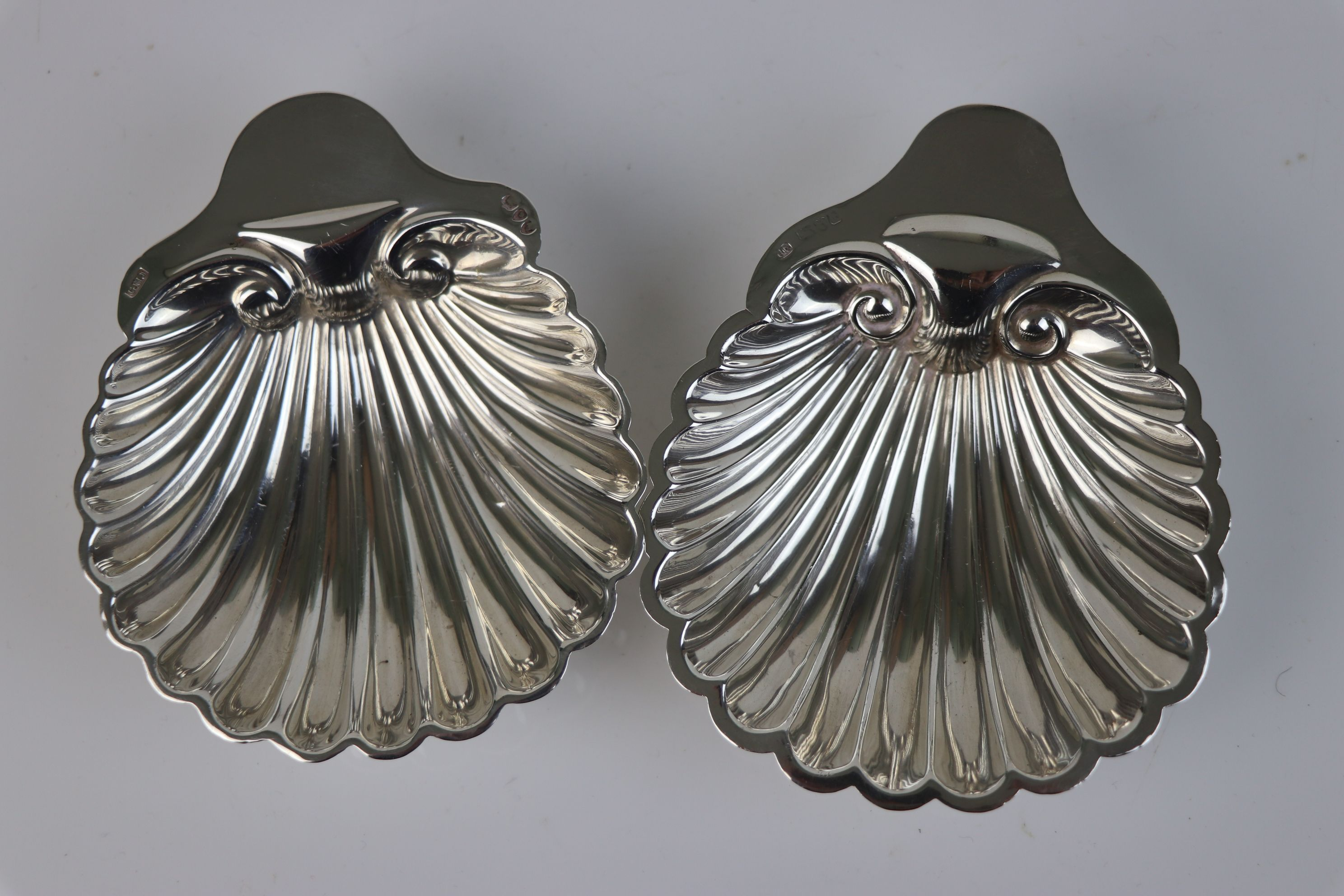 A pair of fully hallmarked sterling silver scalloped butter dishes, maker marked for Josiah Williams - Image 5 of 5