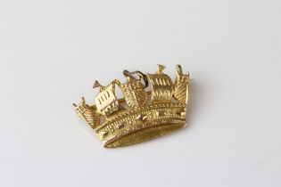 9ct yellow gold brooch modelled as a crown, dimensions approx 15mm x 25mm